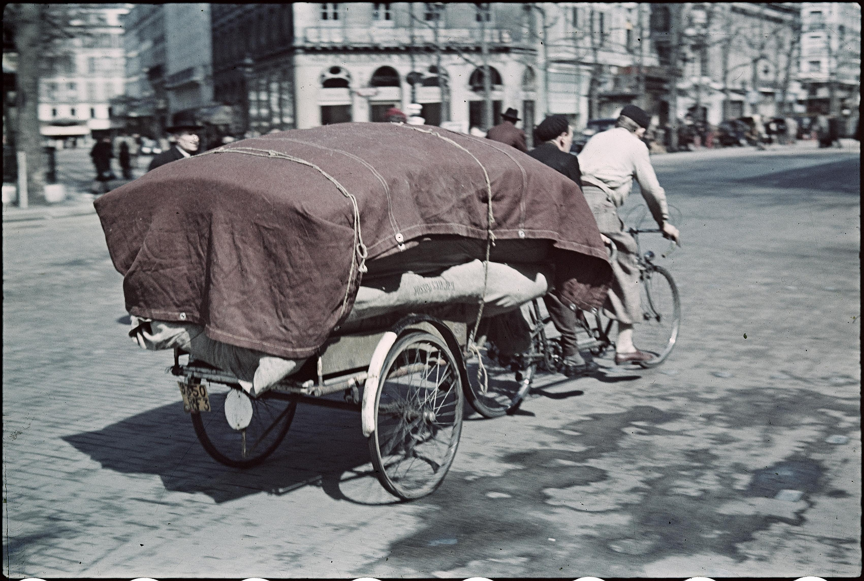 Доставка велосипедов на бульваре Мадлен