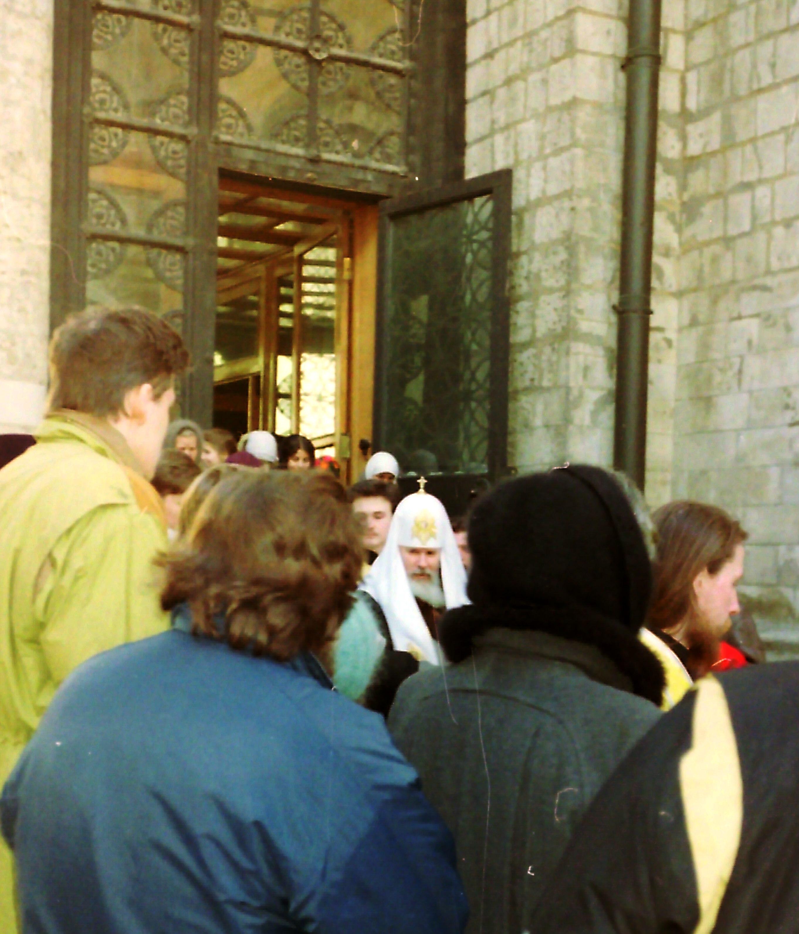 Выход Патриарха Алексия II из храма