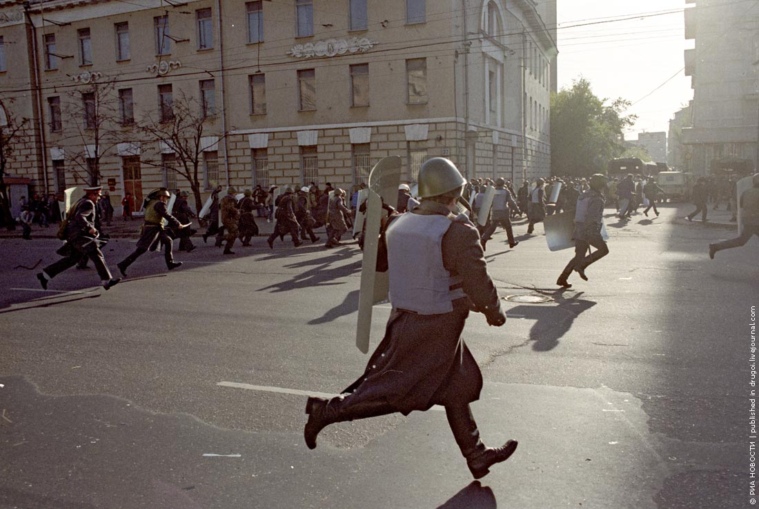 Прорыв милицейских кордонов демонстрантами