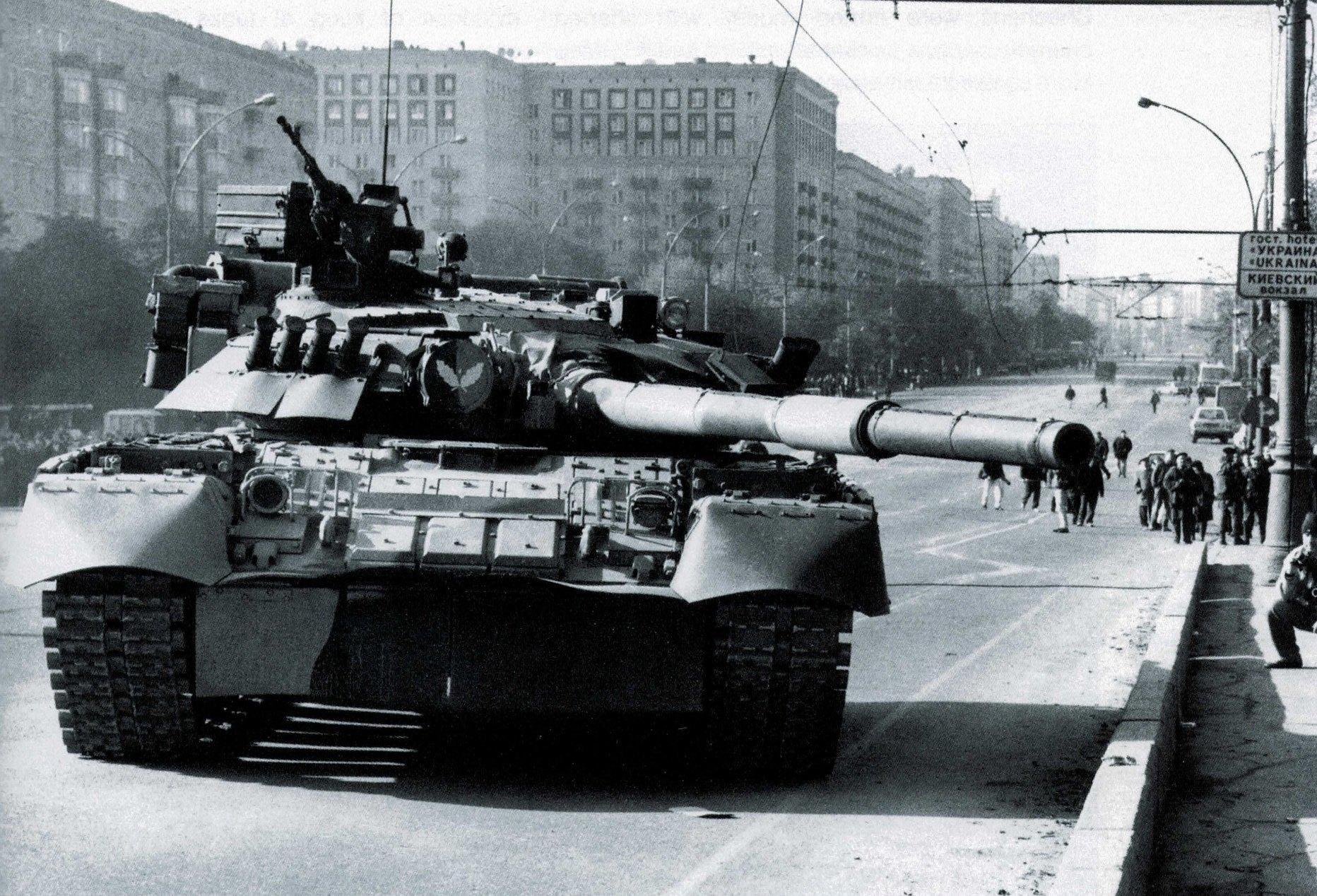 Кутузовский проспект. Танк Т-80УД. Дана команда «Товсь!»