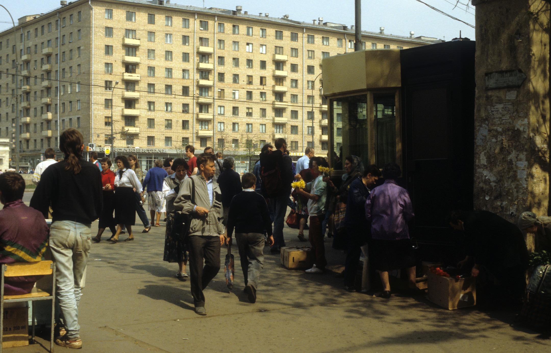Торговля у метро Сокол.
