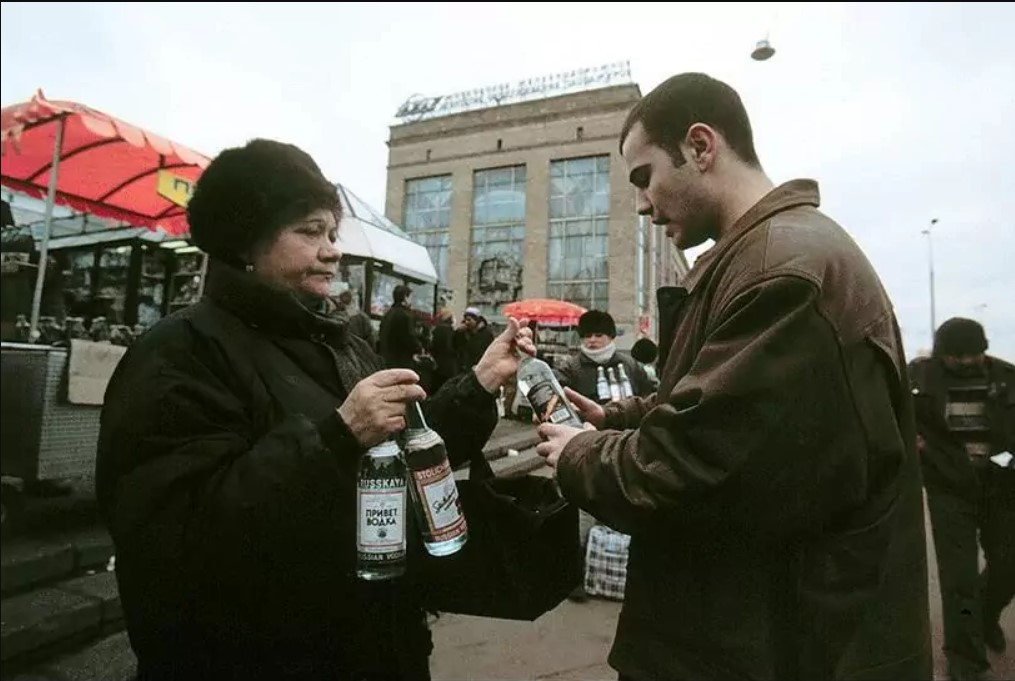 Торговля водкой у Ярославского вокзала