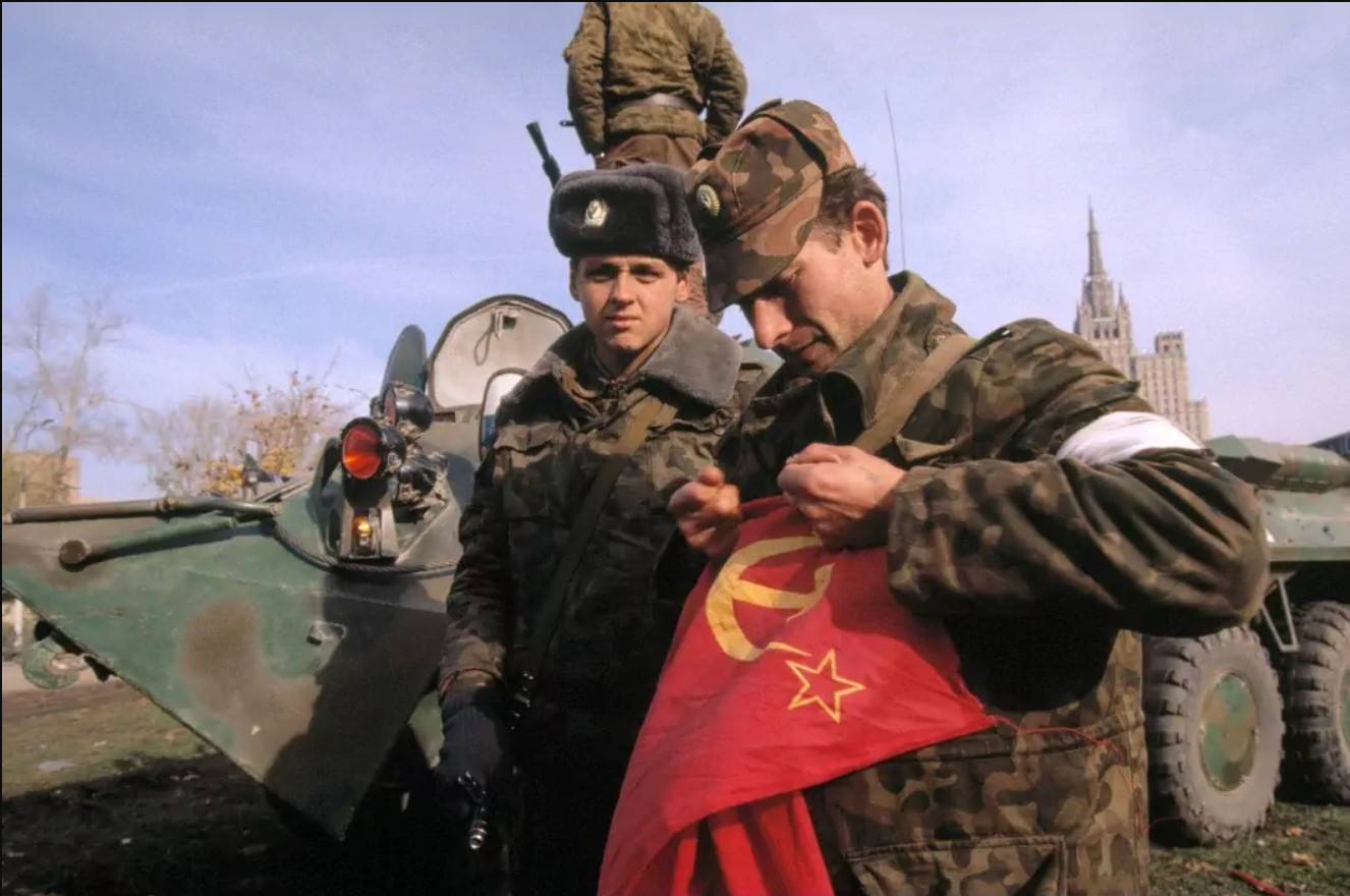 Офицер Таманской дивизии рвёт снятый с Белого дома советский флаг. Октябрь