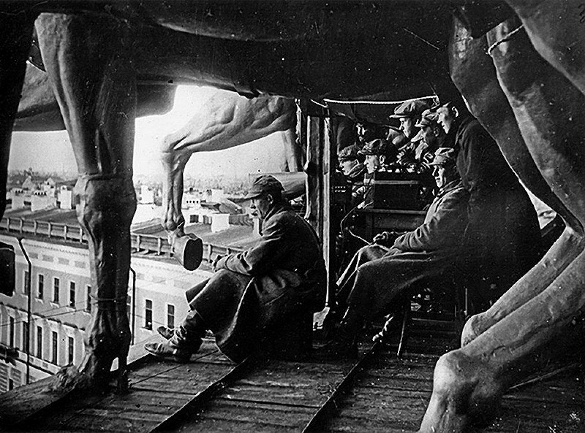 Режиссёр С.Эйзенштейн на съёмках сцены штурма Зимнего. «Октябрь». 1927