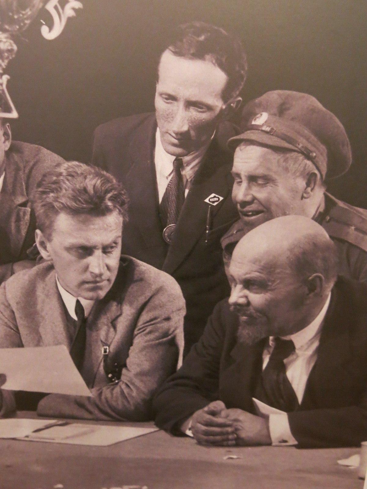 Г.Александров( слева) неоднократно жаловался Эйзенштейну на поведение Никандрова ( роль Ленина), который периодически срывал съёмки, буянил, исчезал на весь день, возвращаясь в невменяемом состоянии