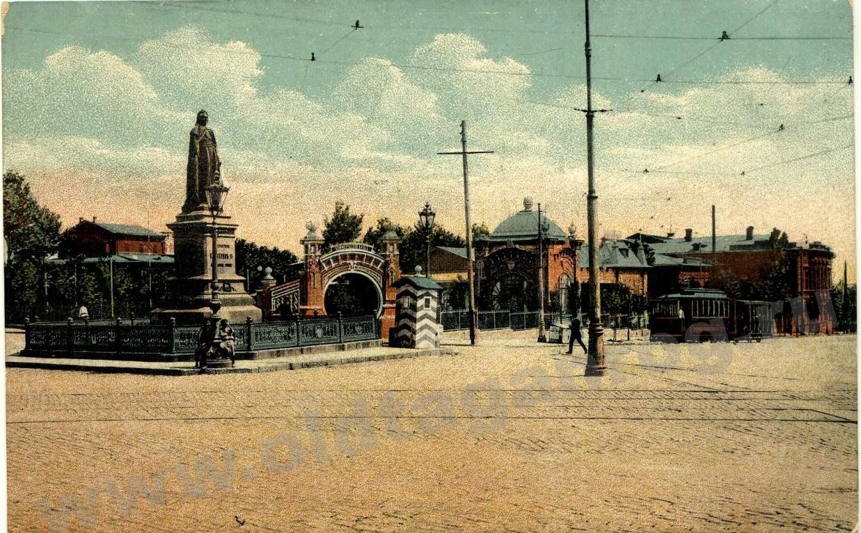 Екатерининская площадь, вход в Коммерческий клуб