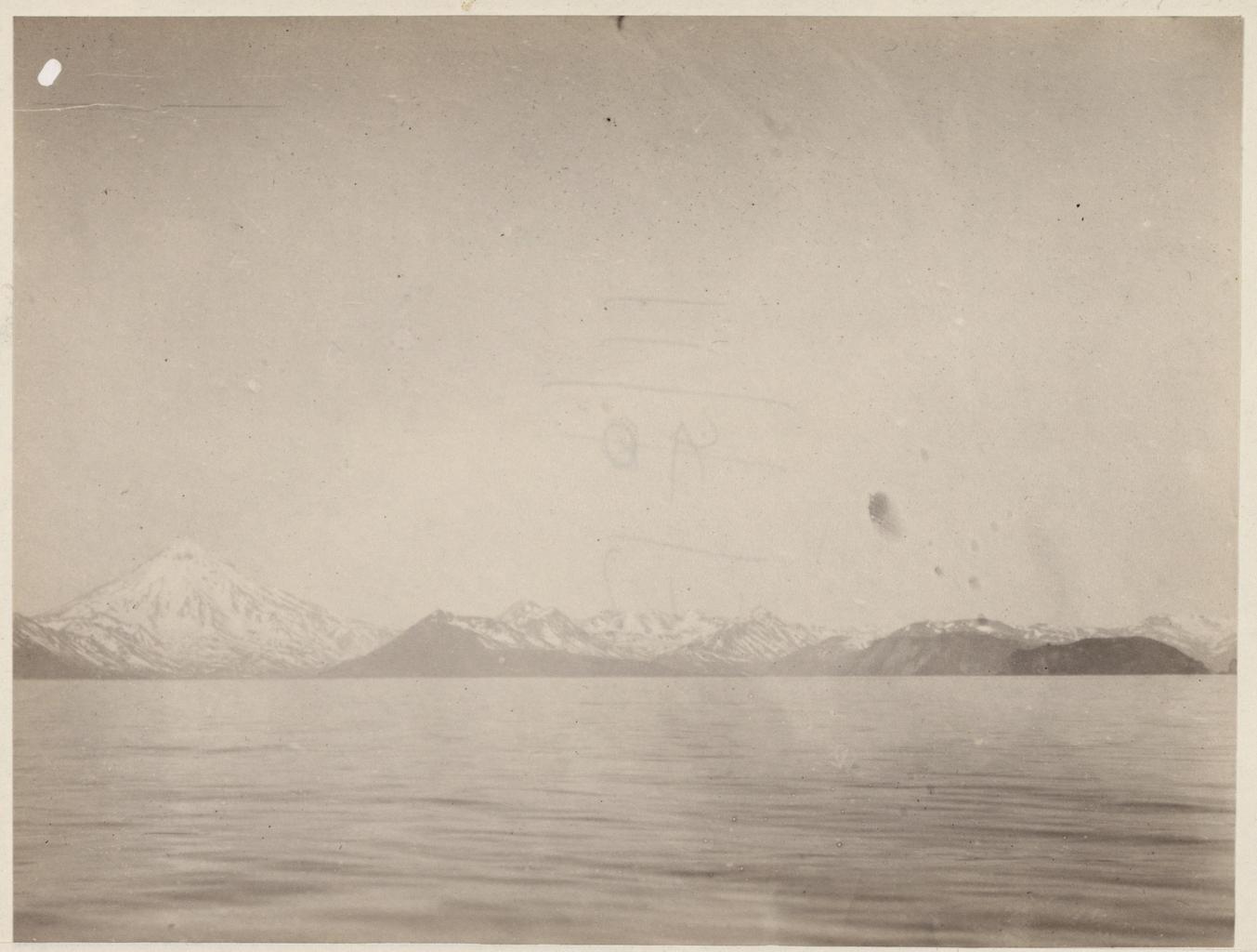 Западный берег Камчатки с Вилючинской сопкой при входе в Авачинскую губу