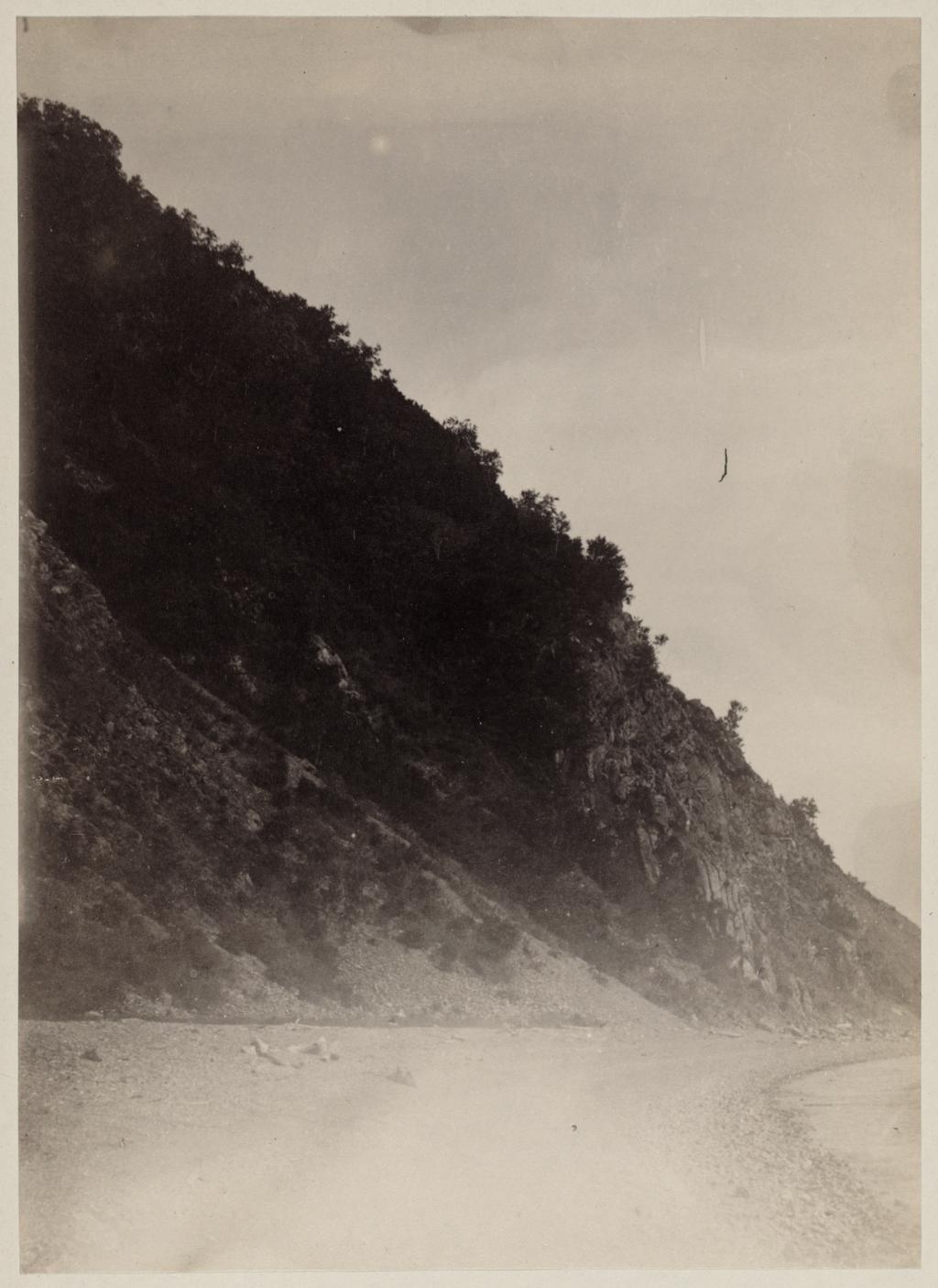 Северозападный склон Никольской горы в Петропавловской бухте, с которого был сброшен англо-французский десант 24 августа 1854 года