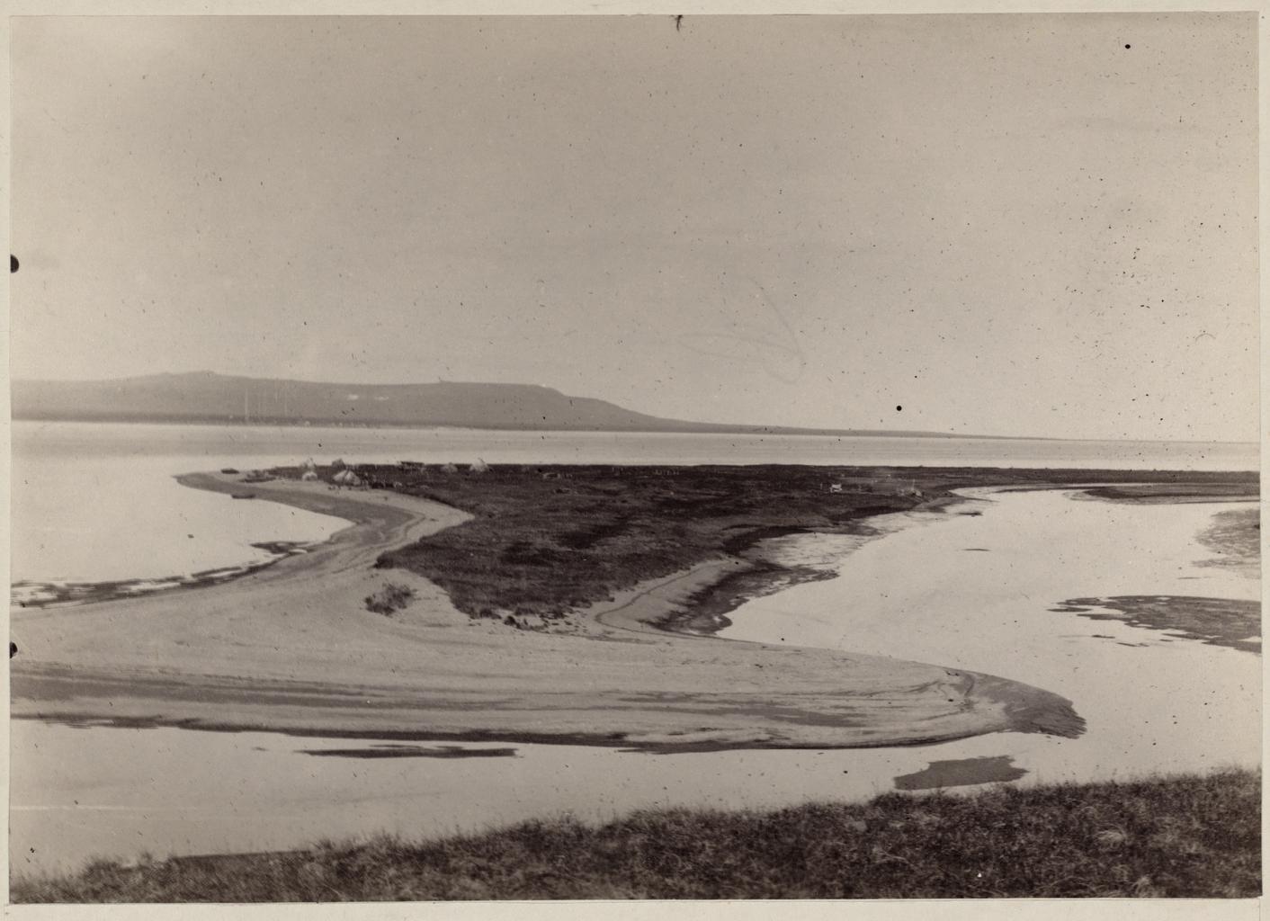 Вход в реку Анадырь с общим видом косы у мыса Александр, где устроено поселение Новомариинск