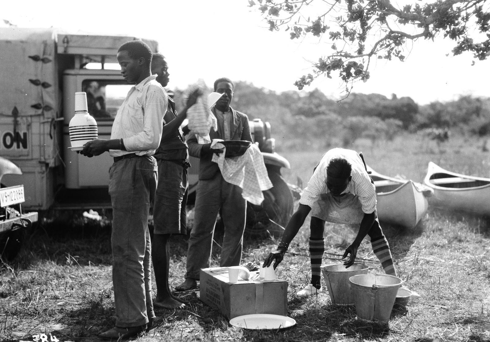 Квазулу-Наталь. Умфолози. Помощники из местных моют посуду