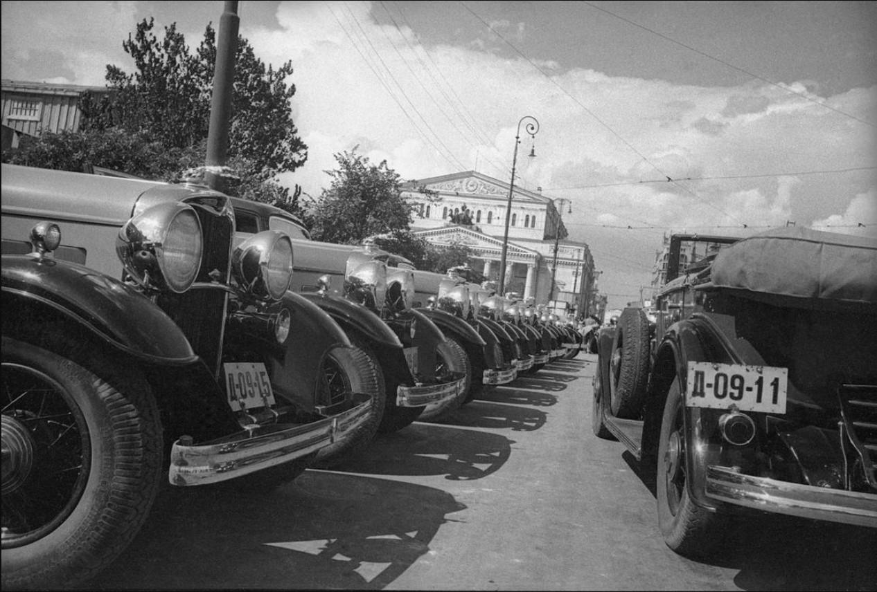1931 - 1934. Новые автомобили у Большого театра