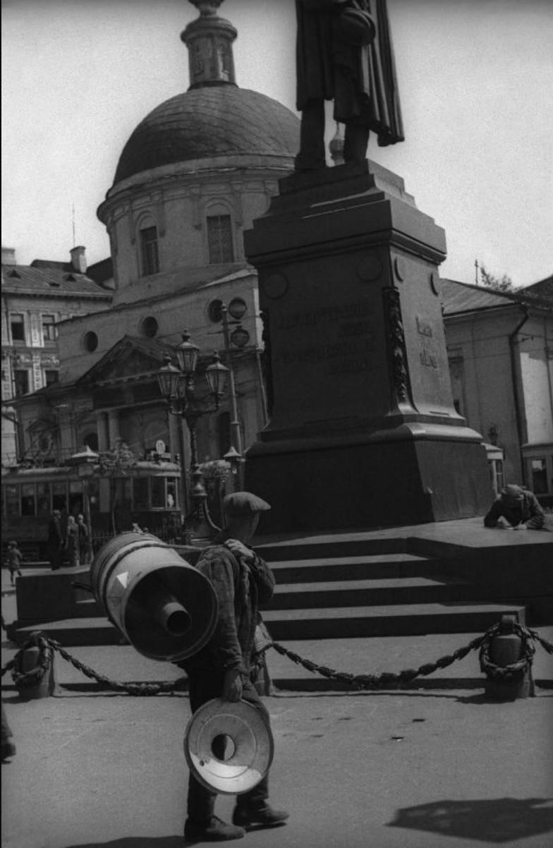 1932. У памятника А.С.Пушкину.