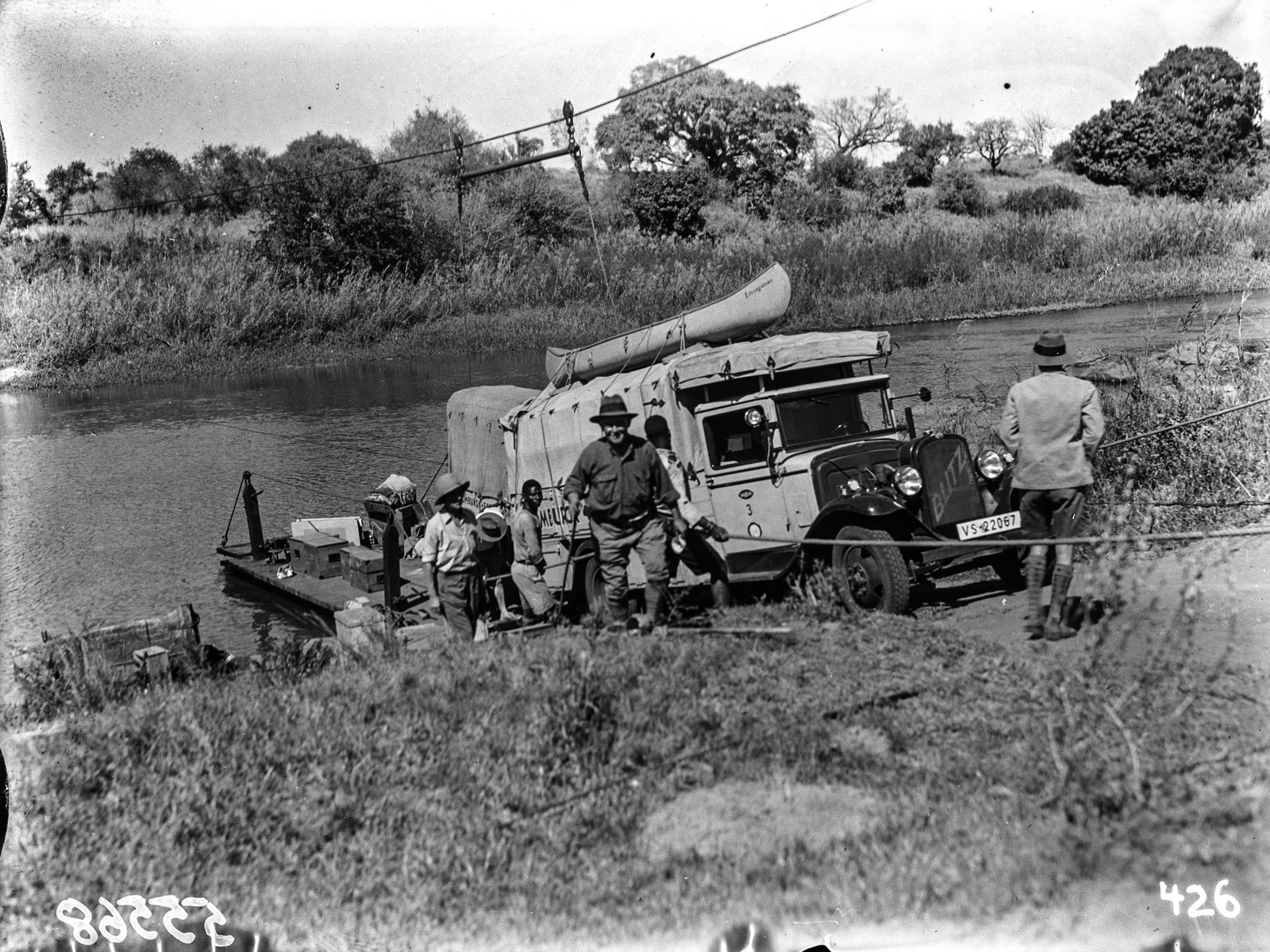 Малалане. Реакционный паром, используемый для перевозки через реку.  Грузовик выволакивают на берег