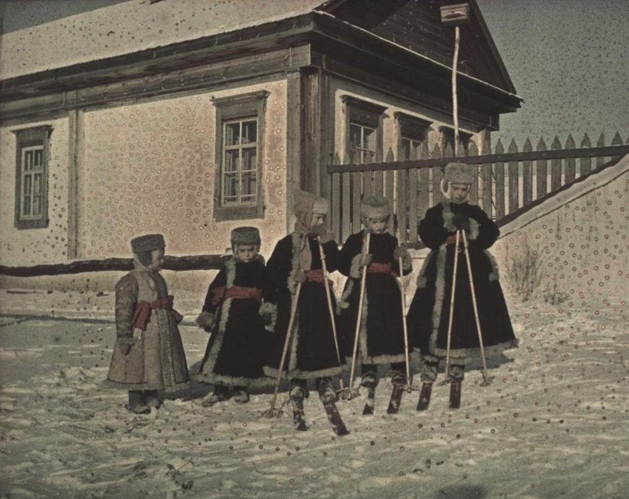 1910. Дети Козаковы в Никольском.
