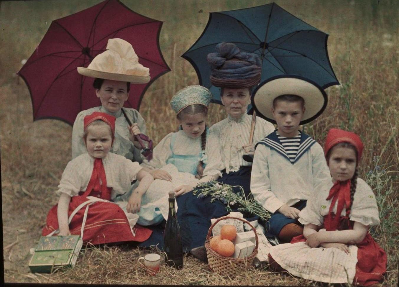 1910. Таня, Наташа, Коля и Лиза Козаковы, Вера Николаевна Веденисова и Елена Францевна Базилева. Ялта