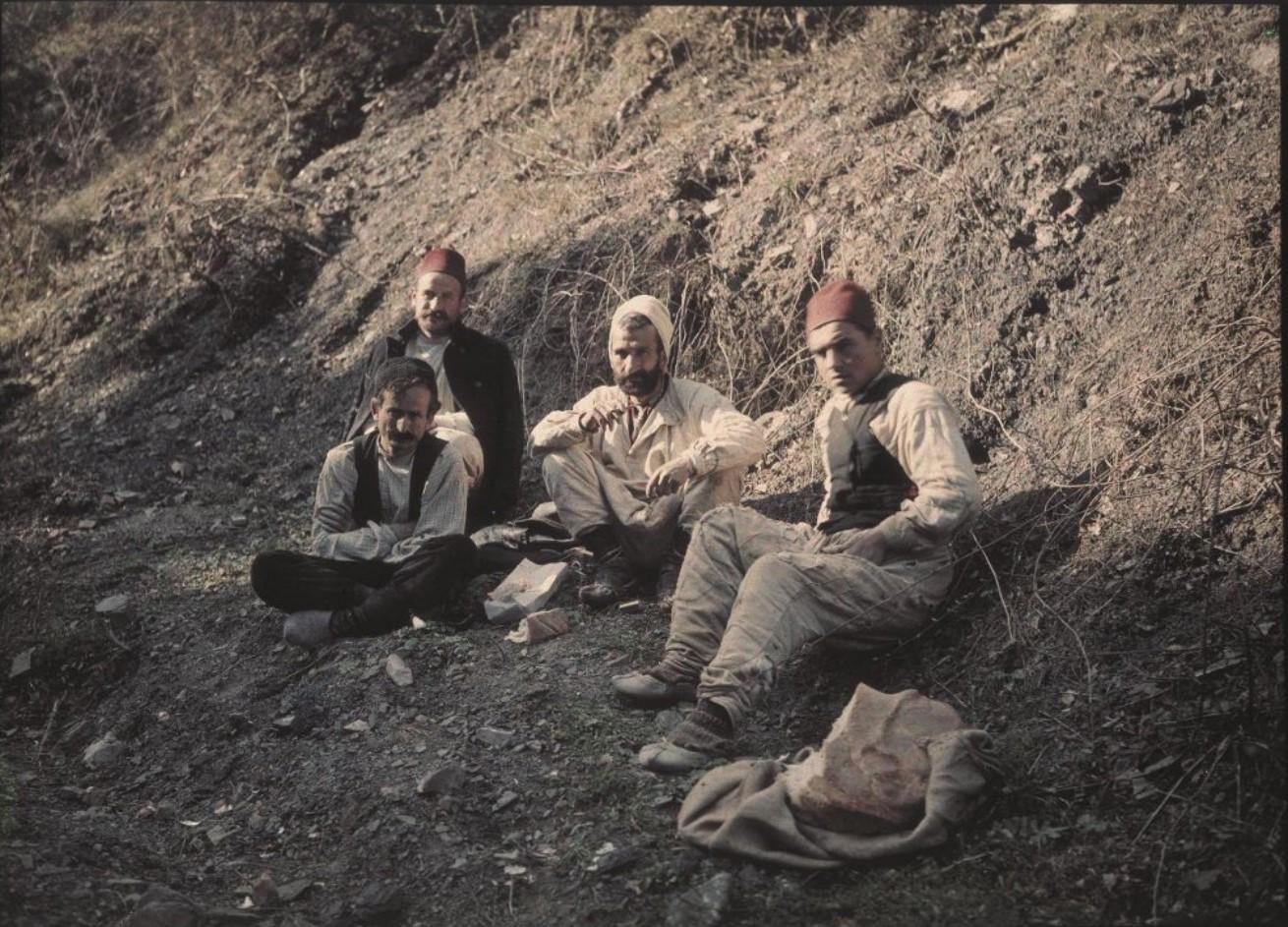 1910-е. Четверо мужчин, сидящих на земле.  Ялта