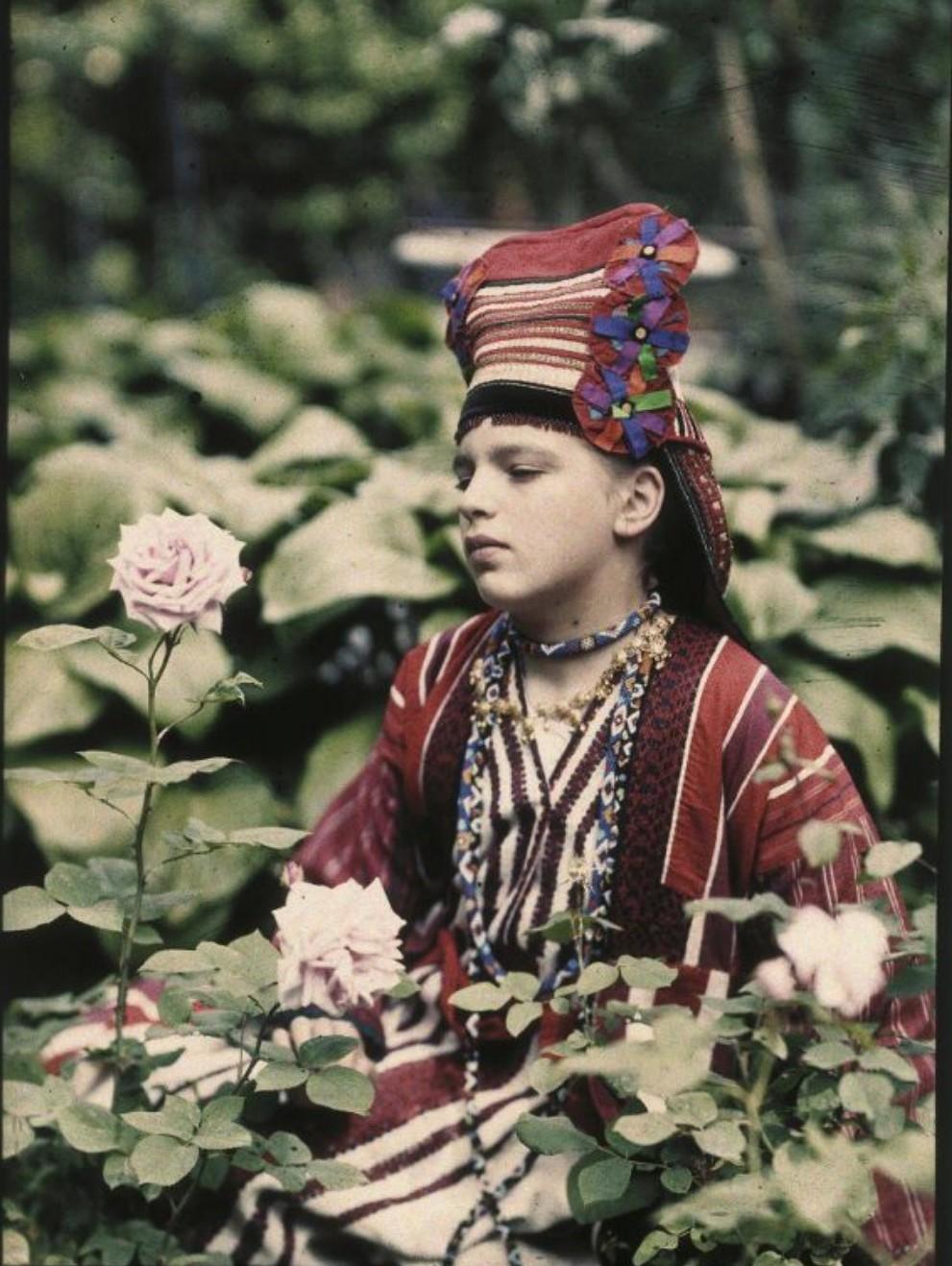 1914. Вера Козакова в народном костюме