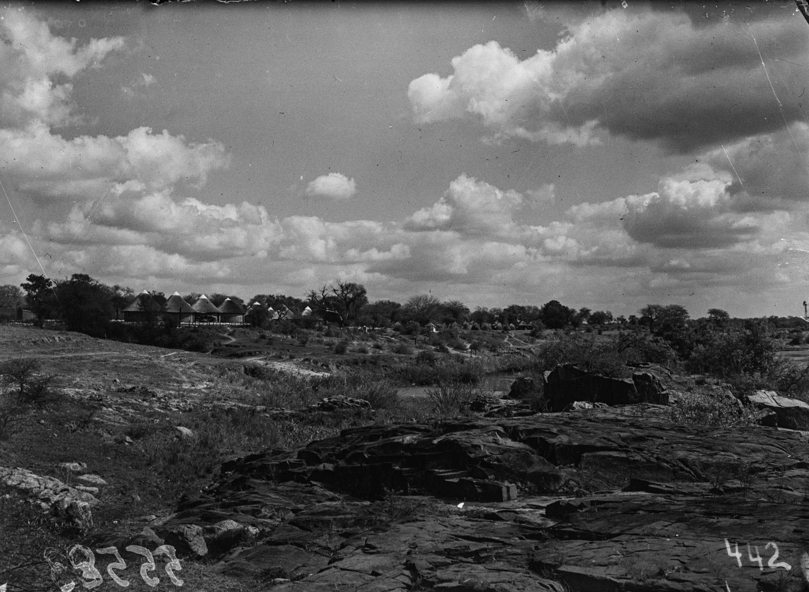 Малелан. Вид из лагеря на город. В середине снимка так называемая Крокодилья река