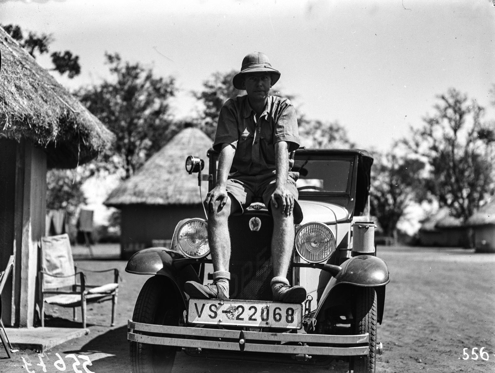 Национальный парк Крюгера. Д-р Висколт сидит на машине