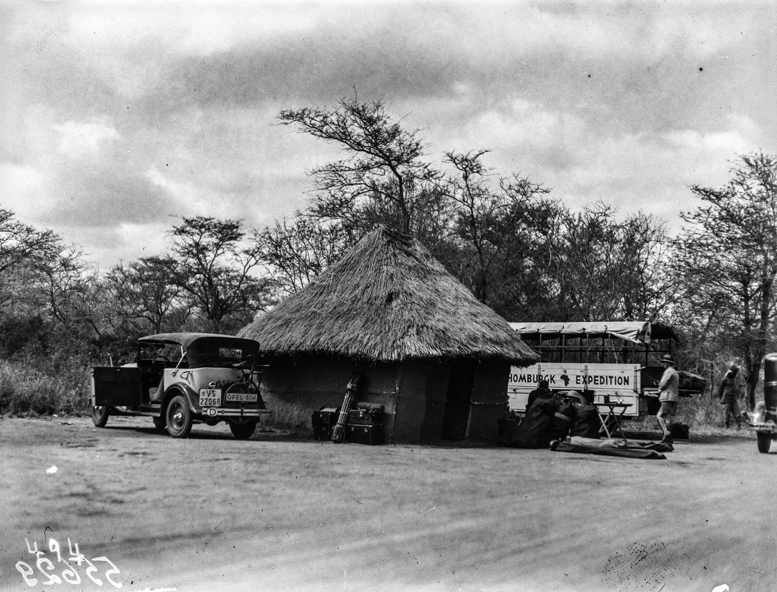 Нижняя Саби. Экспедиция остановилась в маленькой хижине и устроила небольшой лагерь.