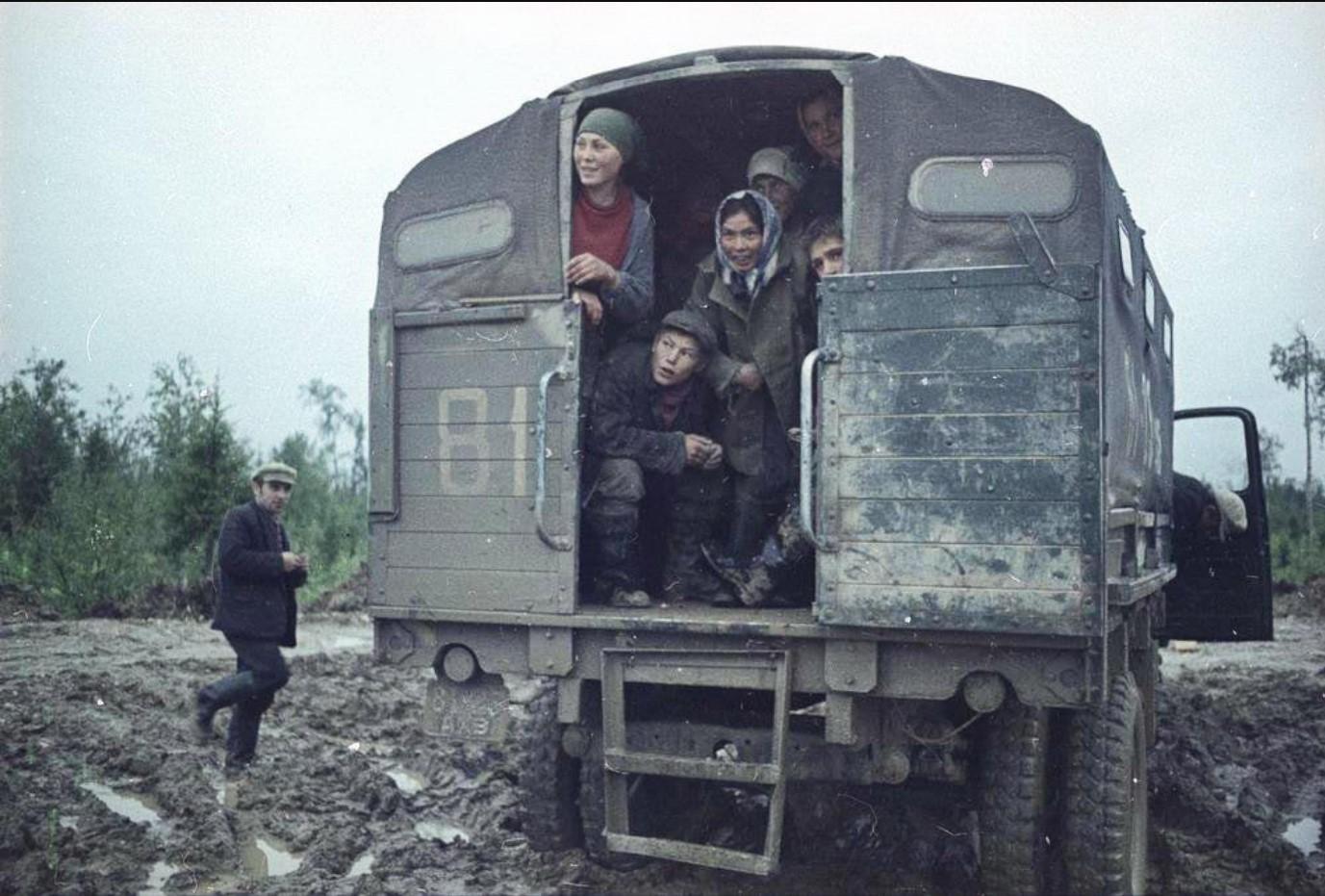 Рабочие в кузове грузовика
