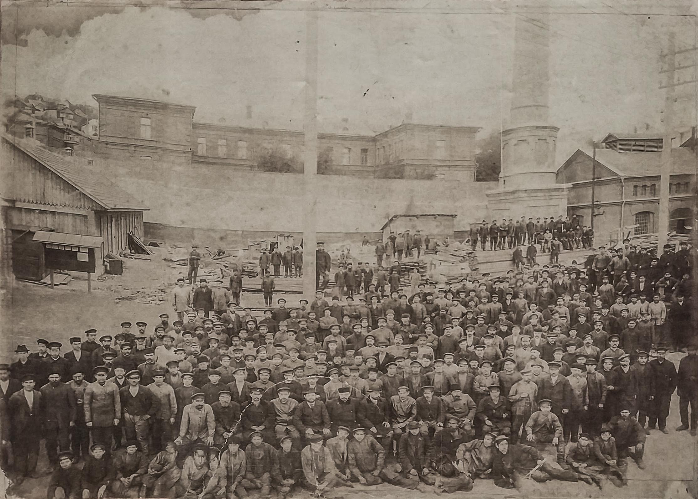 Рабочие паровозоремонтного цеха Главных мастерских ВЛЖД
