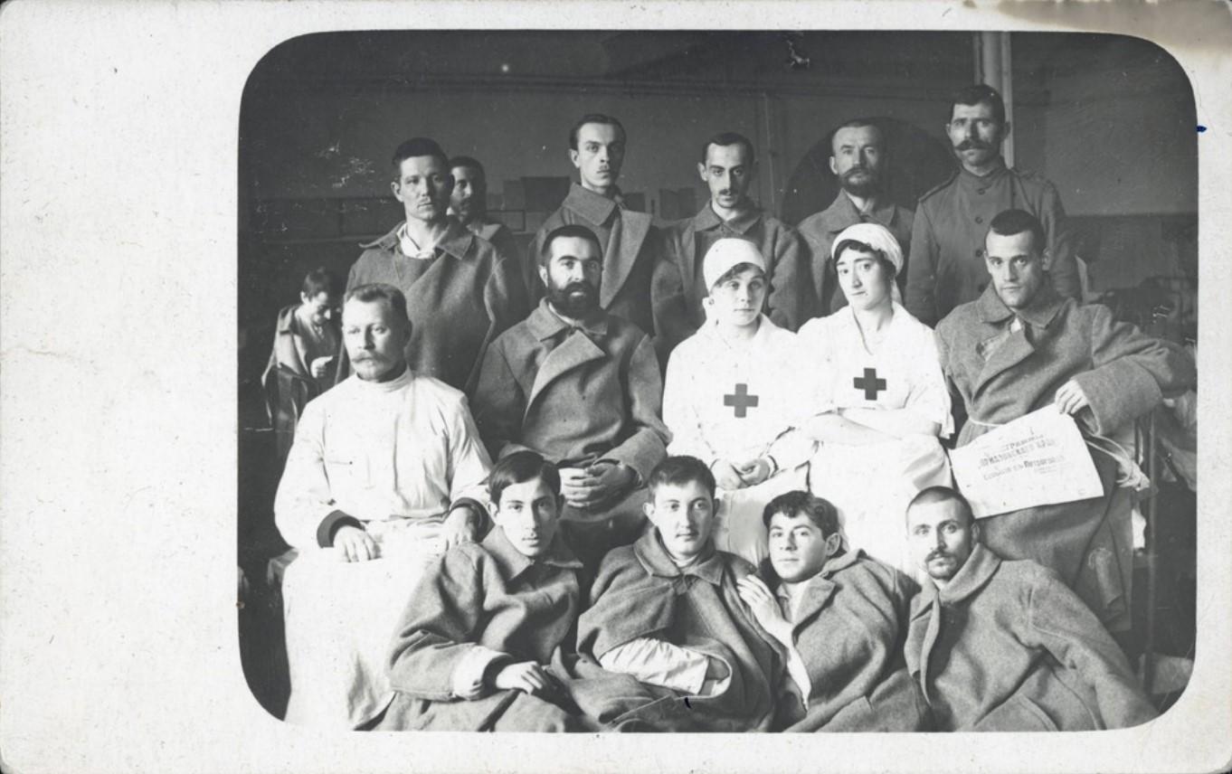 Раненые и медперсонал в ростовском госпитале во время Первой мировой войны