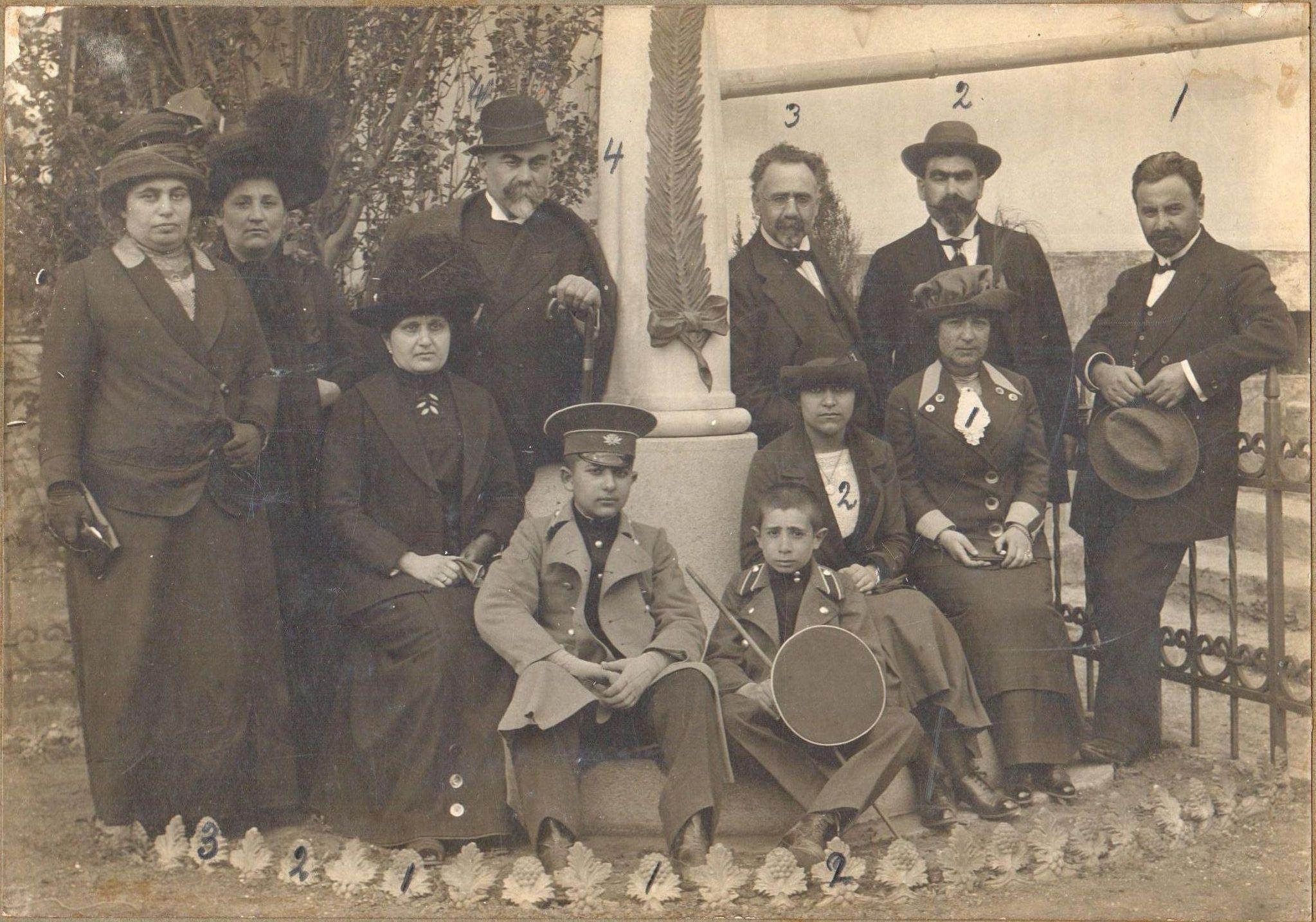 Родственники Налбандяна у памятника писателю М.Л. Налбандяну в монастыре Сурб Хач