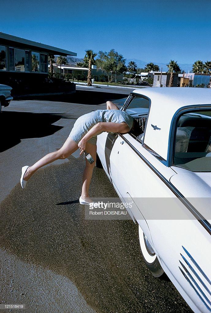 1960. Палм-спрингс. Женщина разговаривает с кем-то в машине