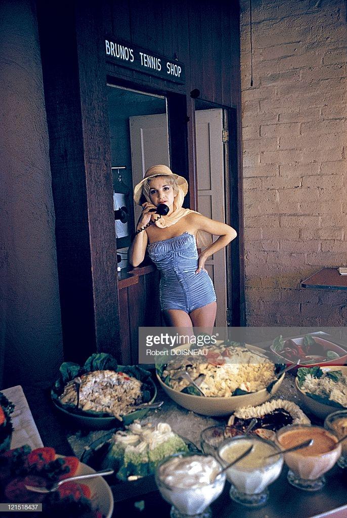 1960. Палм-спрингс. Женщина с телефоном перед столом с едой