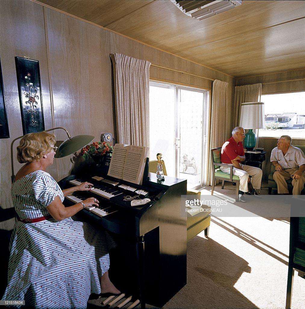 1960. Палм-спрингс. Женщина, играющая на фортепиано