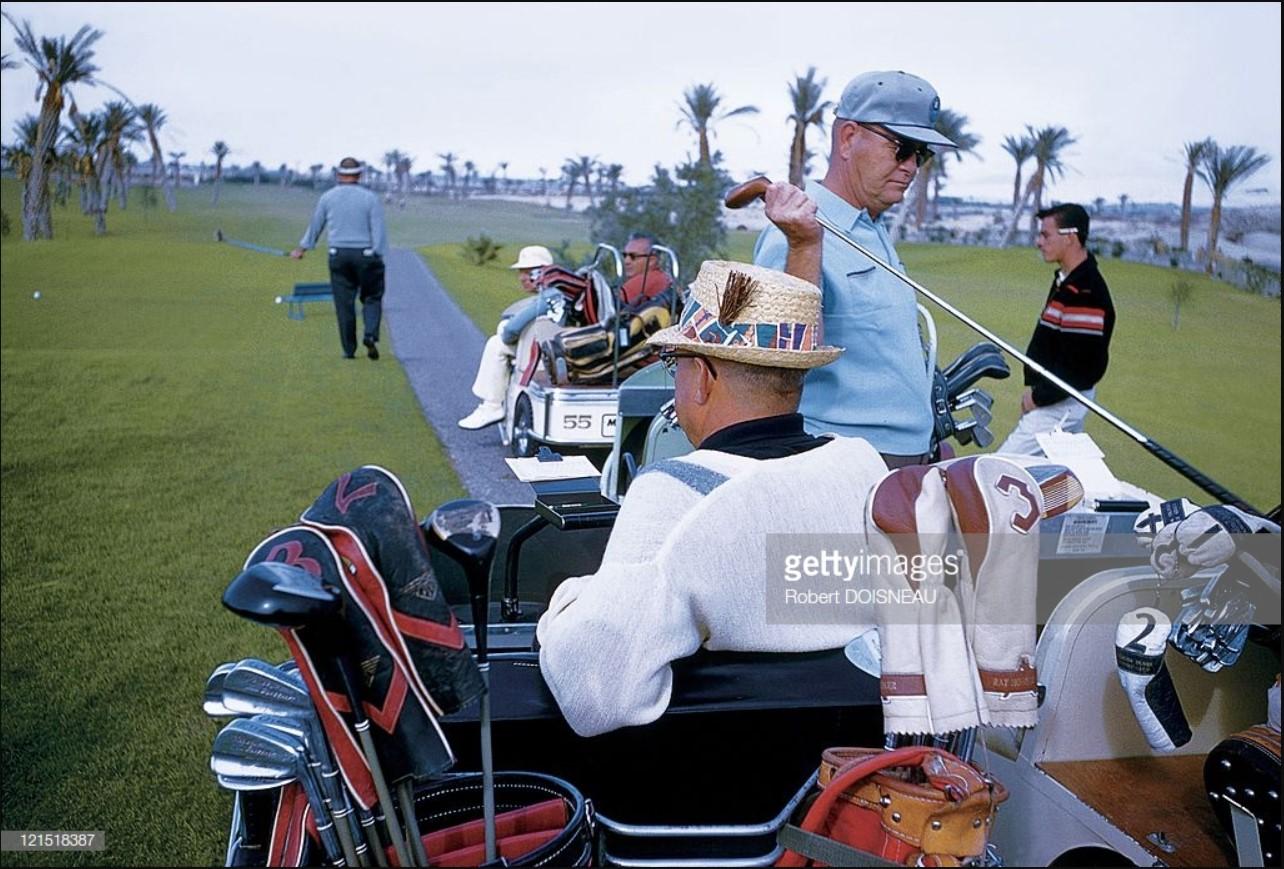 1960. Палм-спрингс. Гольфисты в гольфкаре.