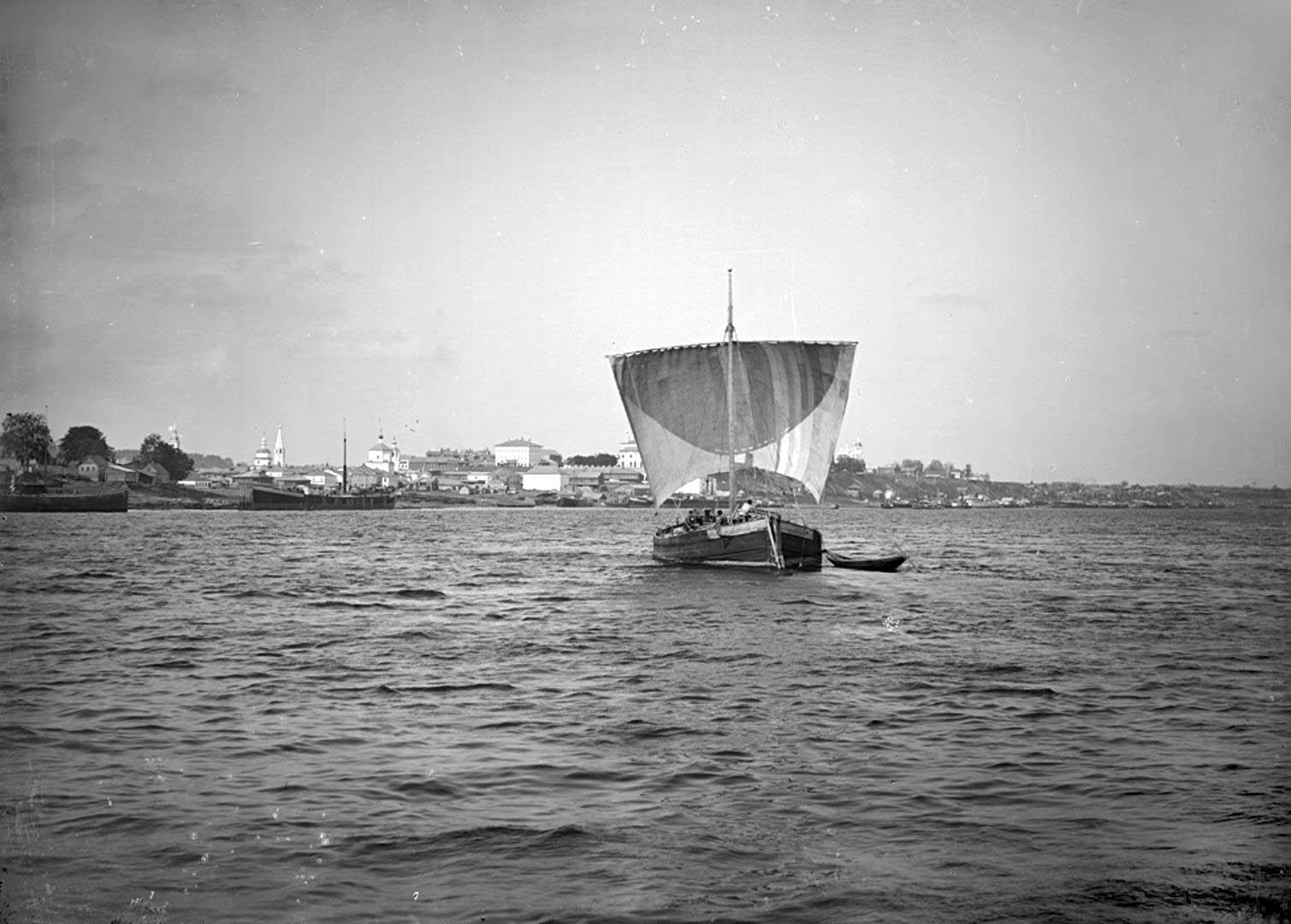 Общий вид города Кинешма. Расшива под парусами. 1894