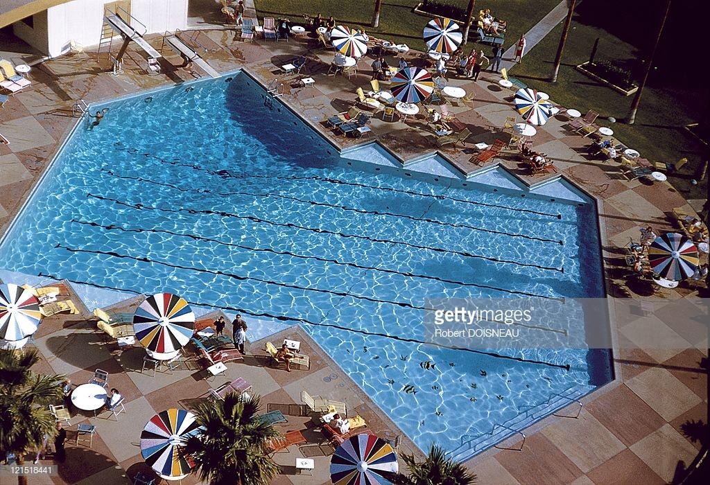 1960. Палм-спрингс. Зонтики у бассейна