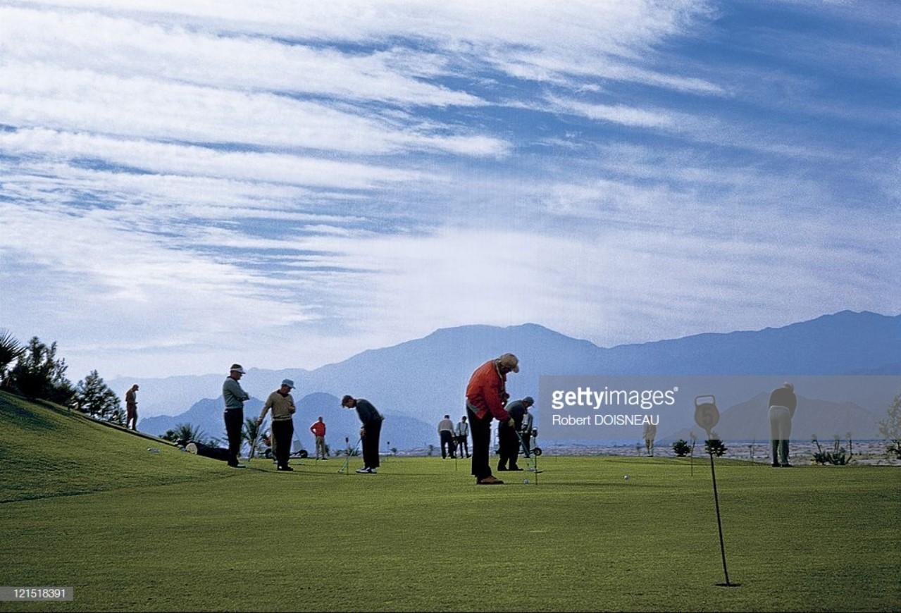 1960. Палм-спрингс. Игроки на поле для гольфа