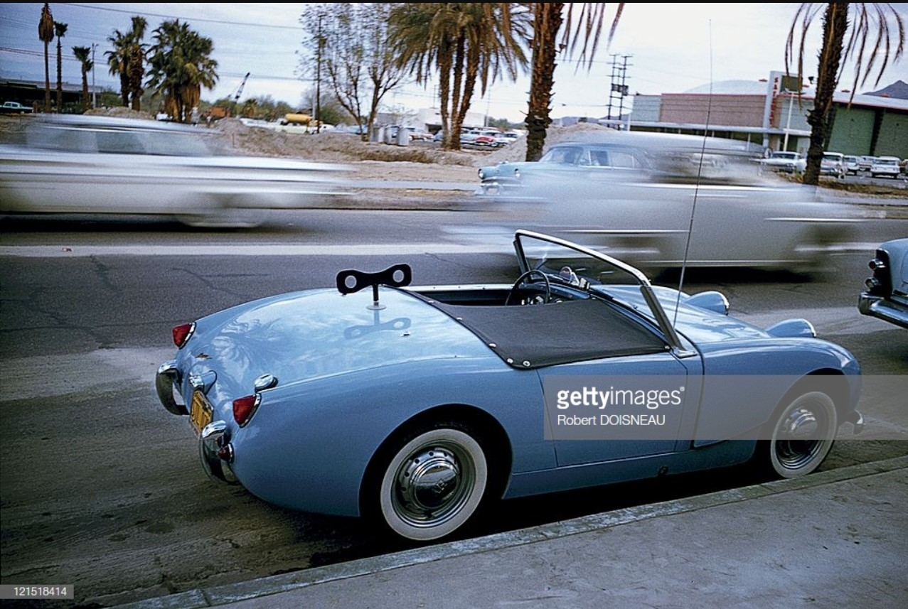 1960. Палм-спрингс. Машины на дороге и обочине