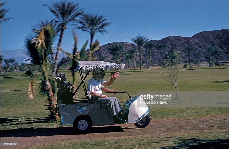 1960. Палм-спрингс. Пара игроков в гольф машут руками