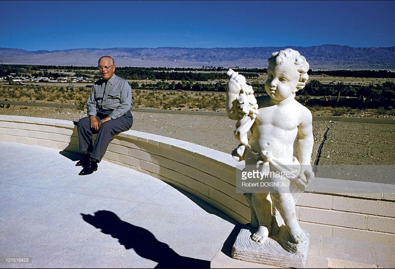 1960. Палм-спрингс. Человек на фоне пейзажа