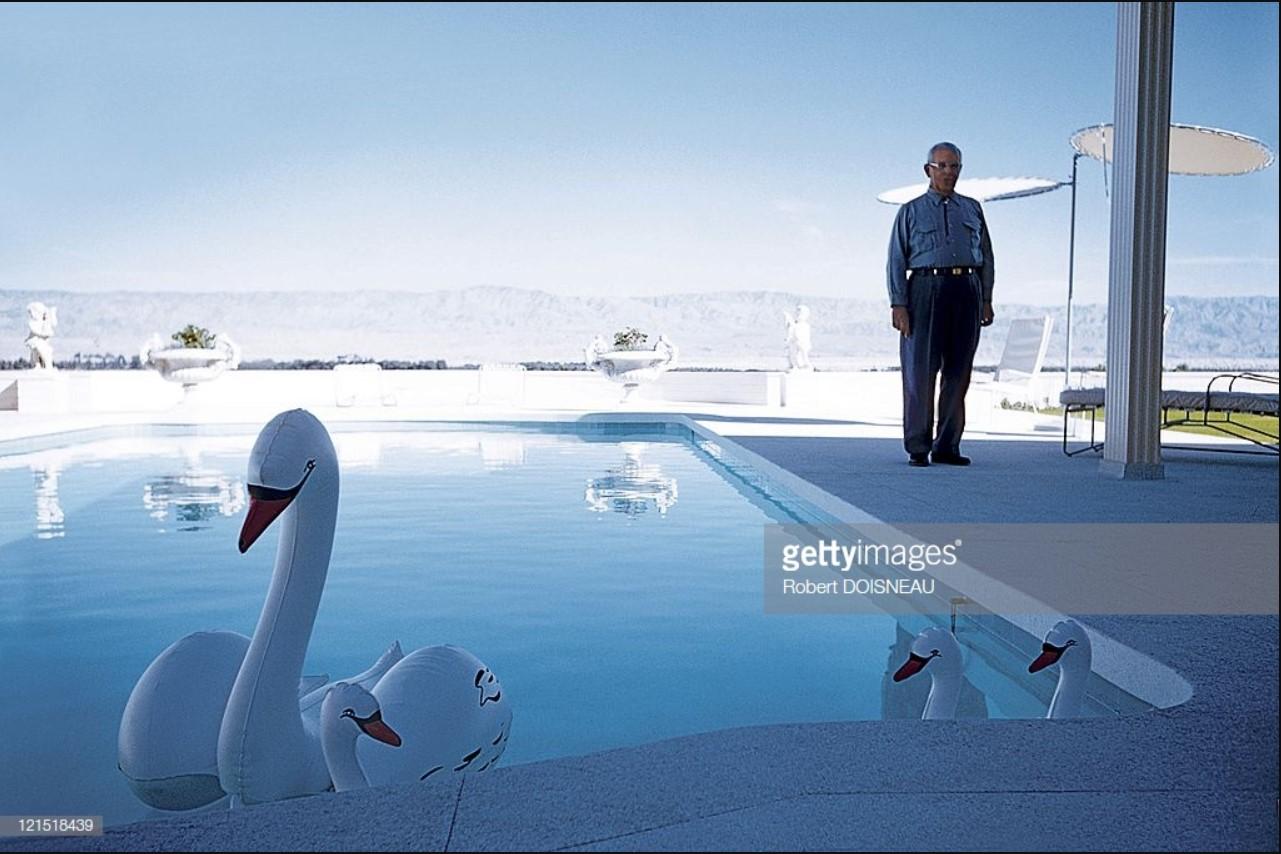 1960. Палм-спрингс. Человек, стоящий рядом с бассейном