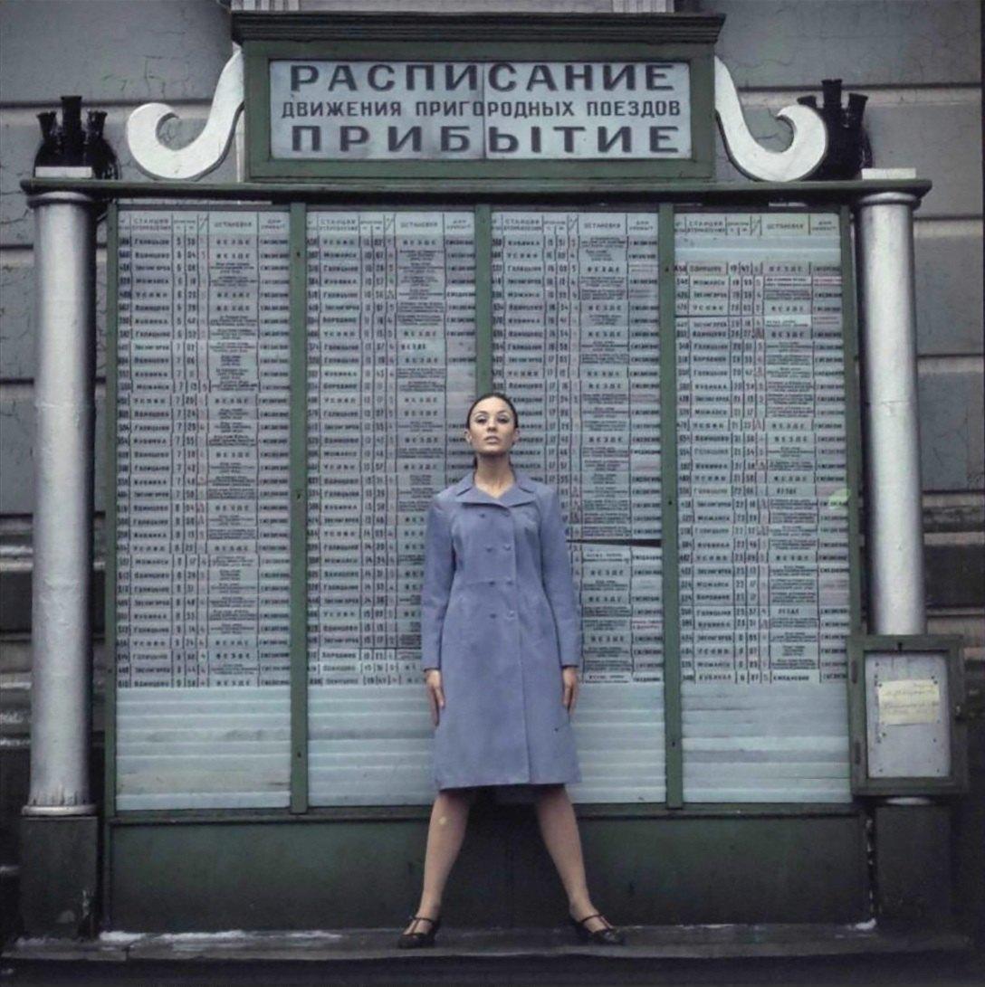 Модель на фоне расписания движения пригородных поездов Белорусского направления