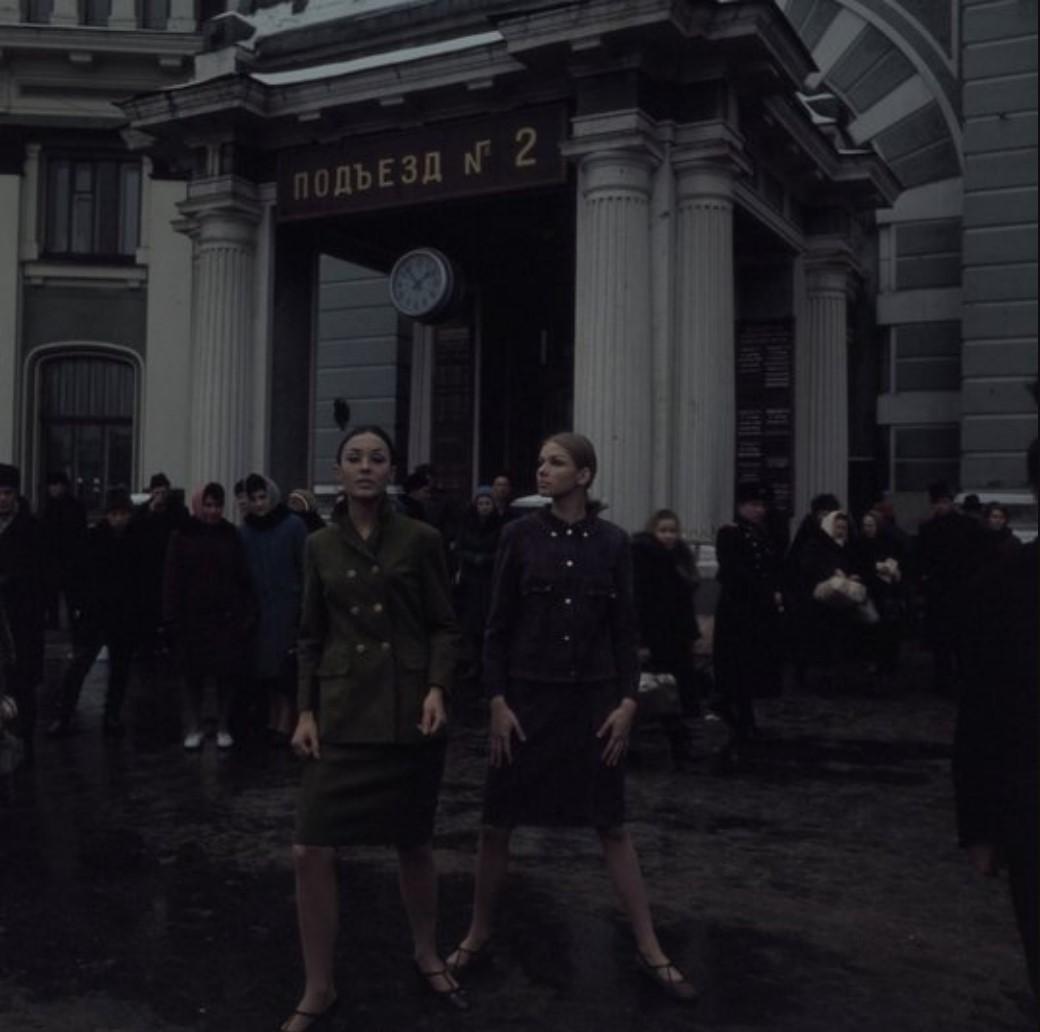 Модели у входа на Белорусский вокзал