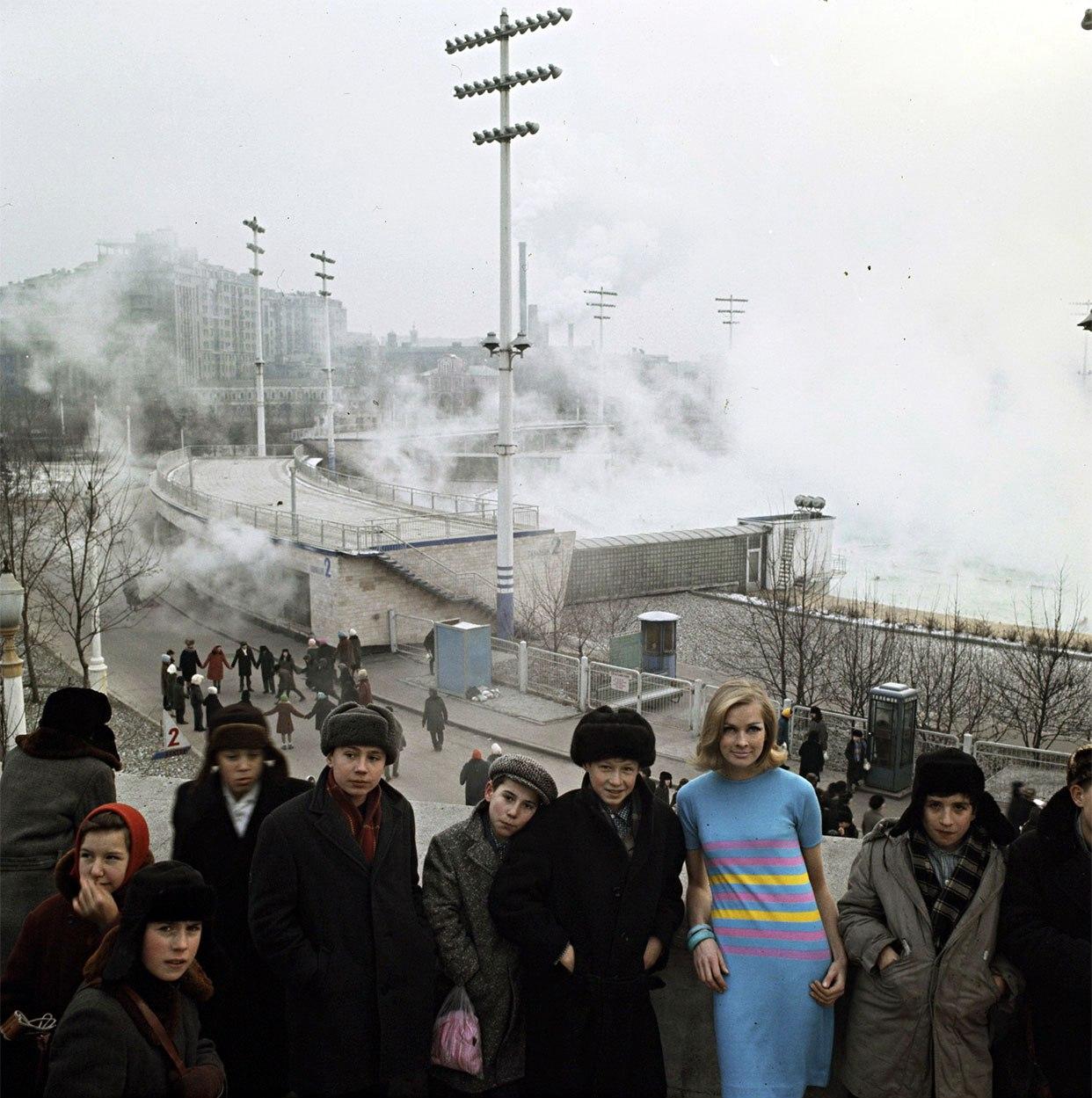 Франсуаза ван ден Бринк на фоне зимнего бассейна «Москва»