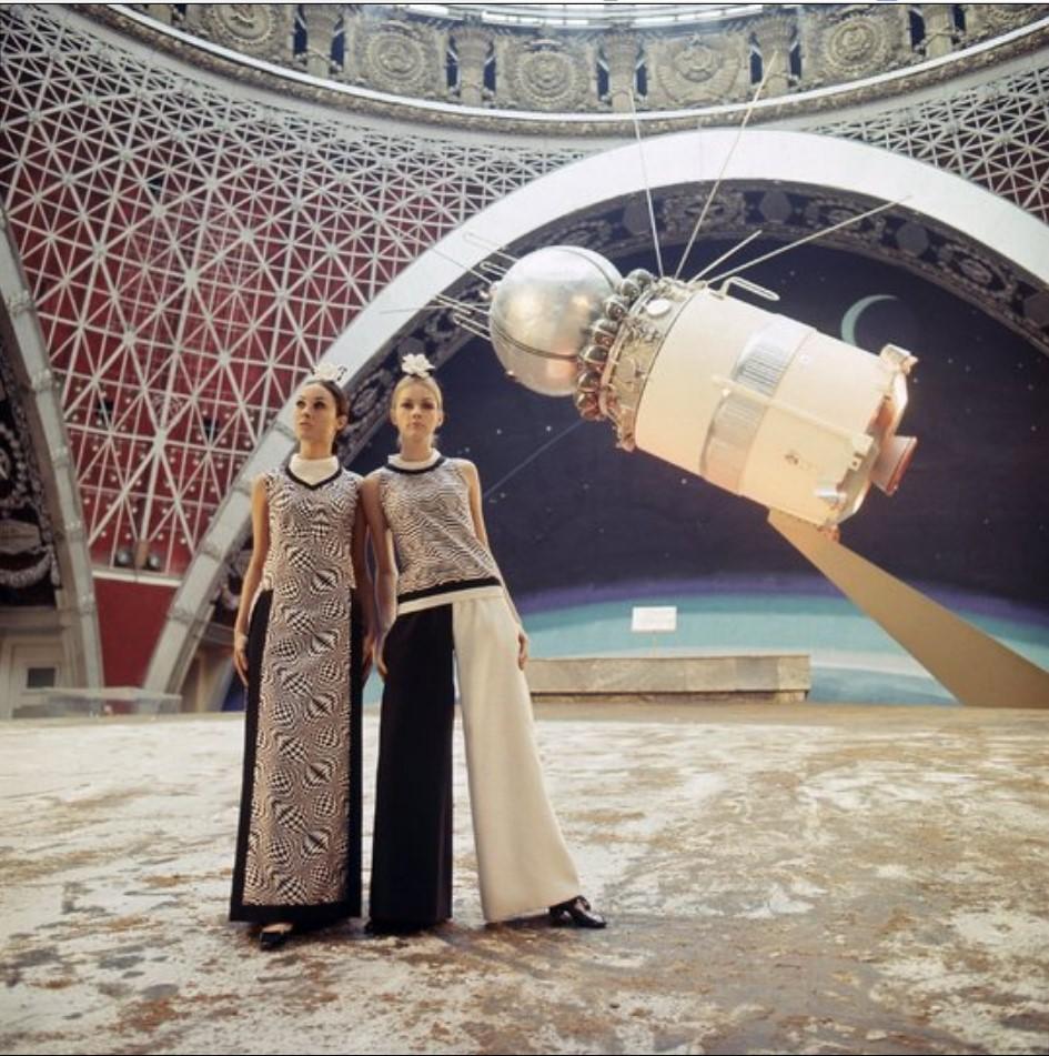 Модели в павильоне «Космос» на ВДНХ