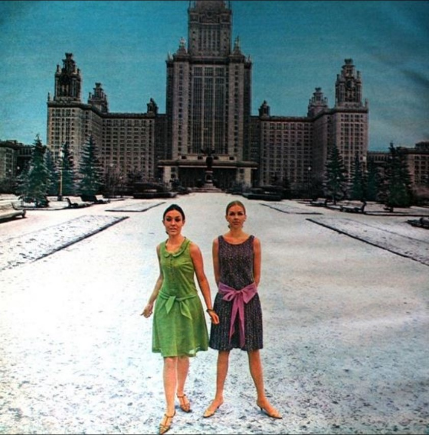 Две модели возле здания МГУ