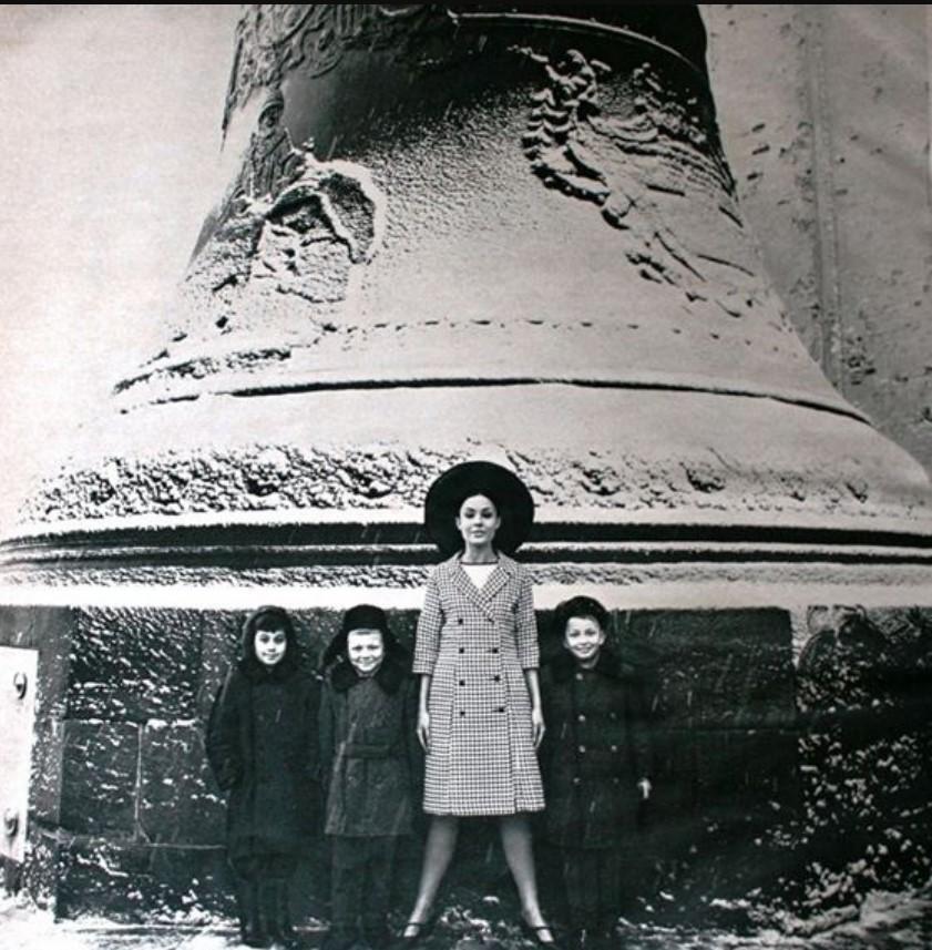 Модель с детьми у Царь-колокола