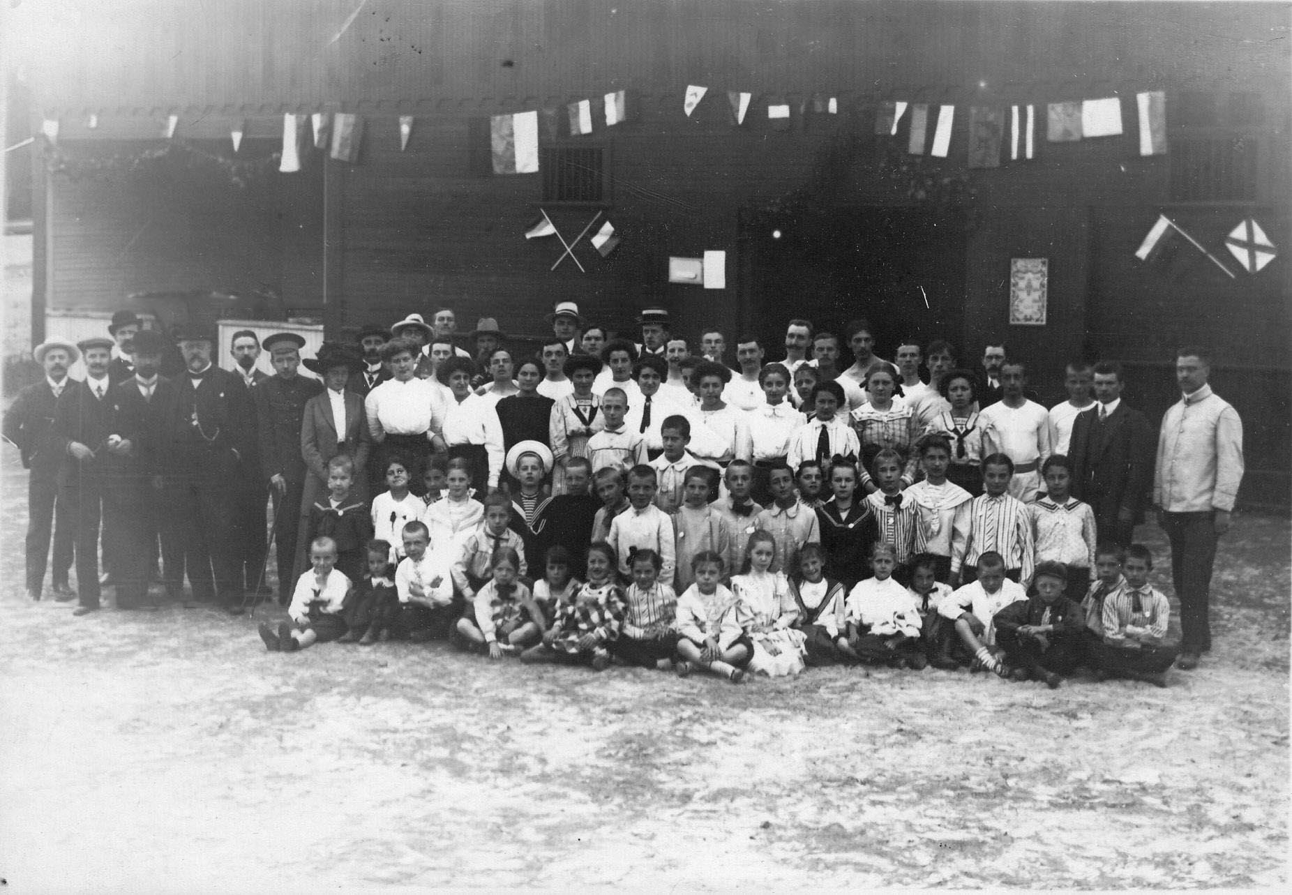 Группа детей и взрослых членов гимнастического общества Пальма на спортивной площадке (2)