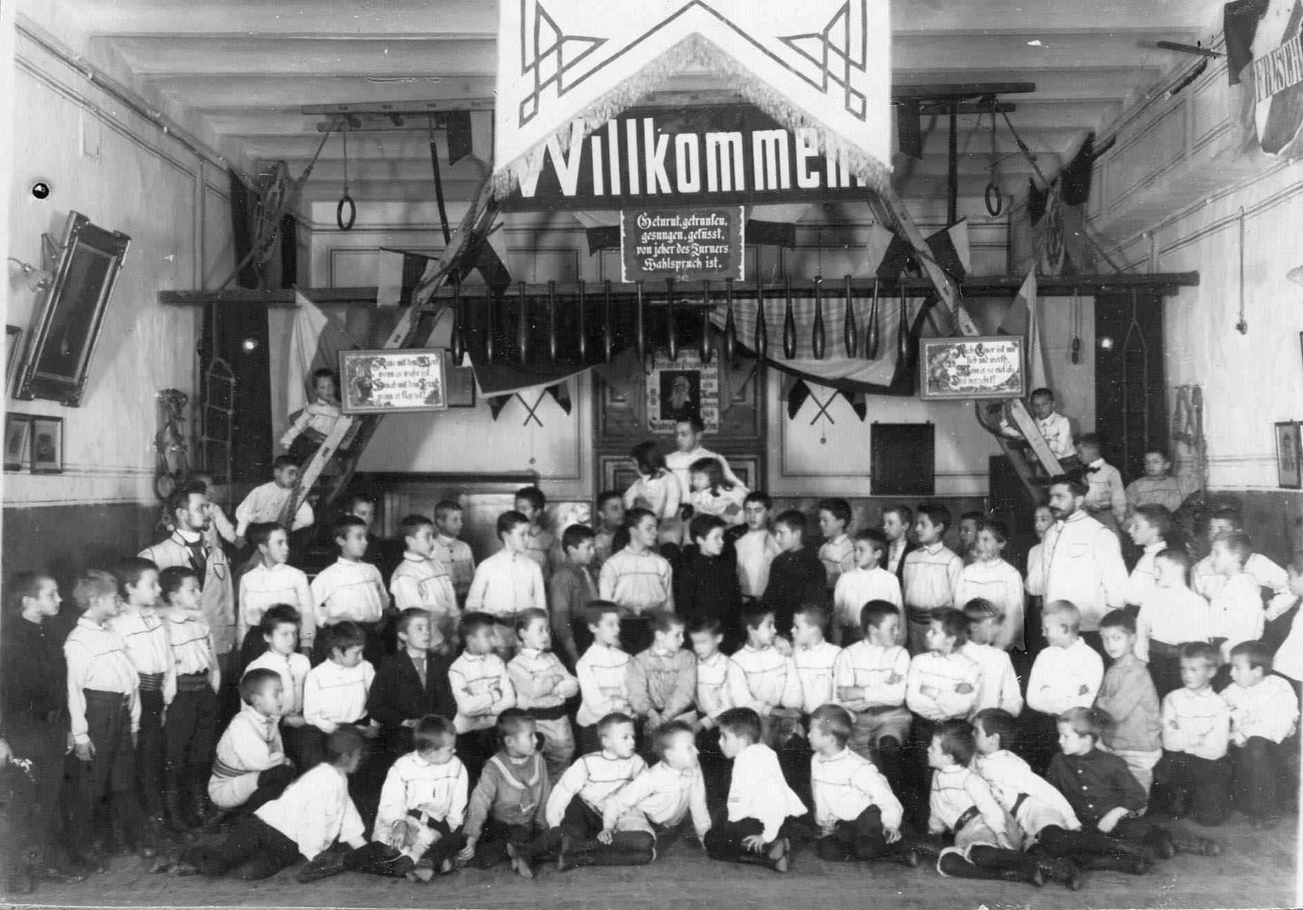 Группа мальчиков из детской группы гимнастического общества Пальма с преподавателями