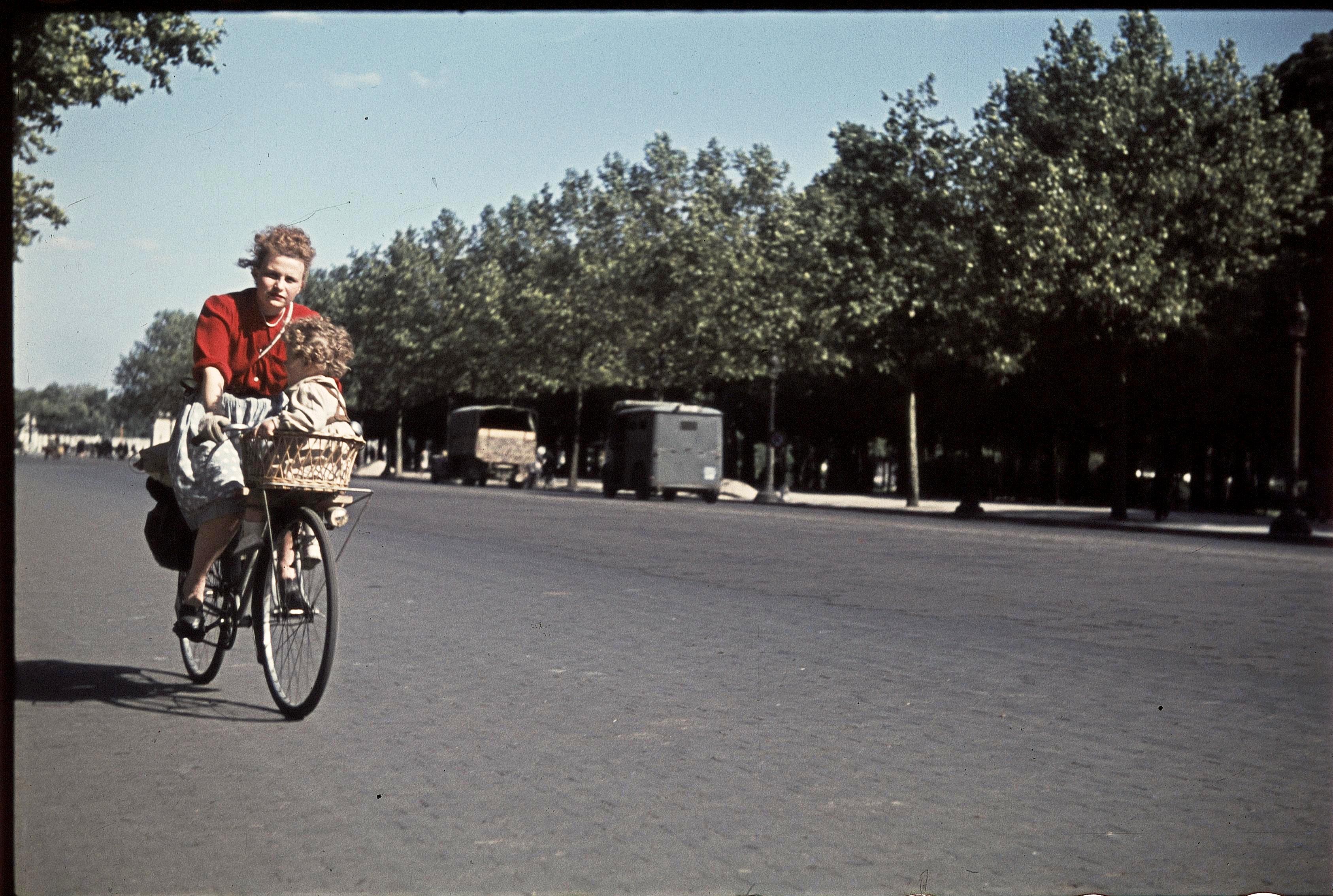 Велосипедисты на Елисейских полях