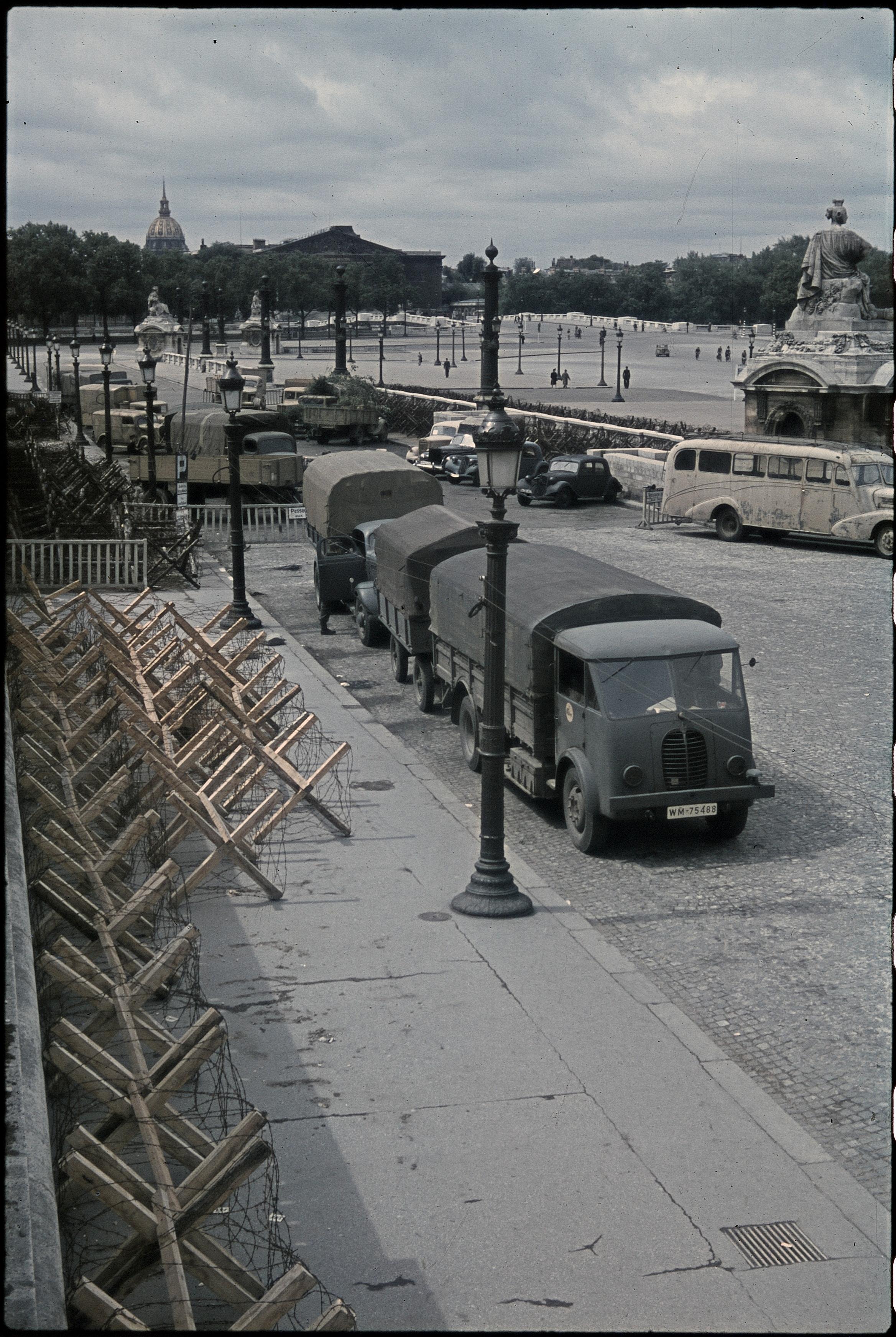 Немецкие военные грузовики на площади Согласия
