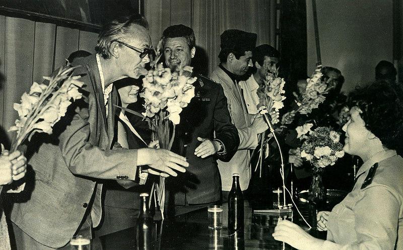 Леонид Гайдай с актёрами фильма «Не может быть!» на творческой встрече с сотрудниками милиции. Астрахань, 1975